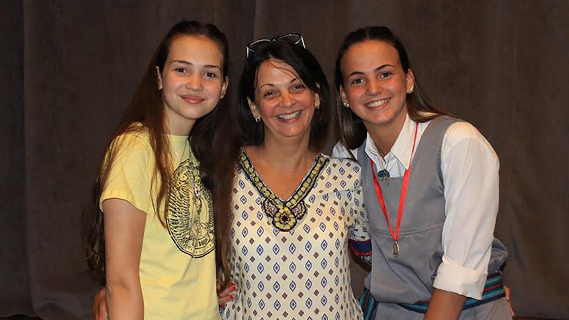 """Karina hoy, junto a sus hijas: """"Mamá buscame"""", escribió en Facebook."""