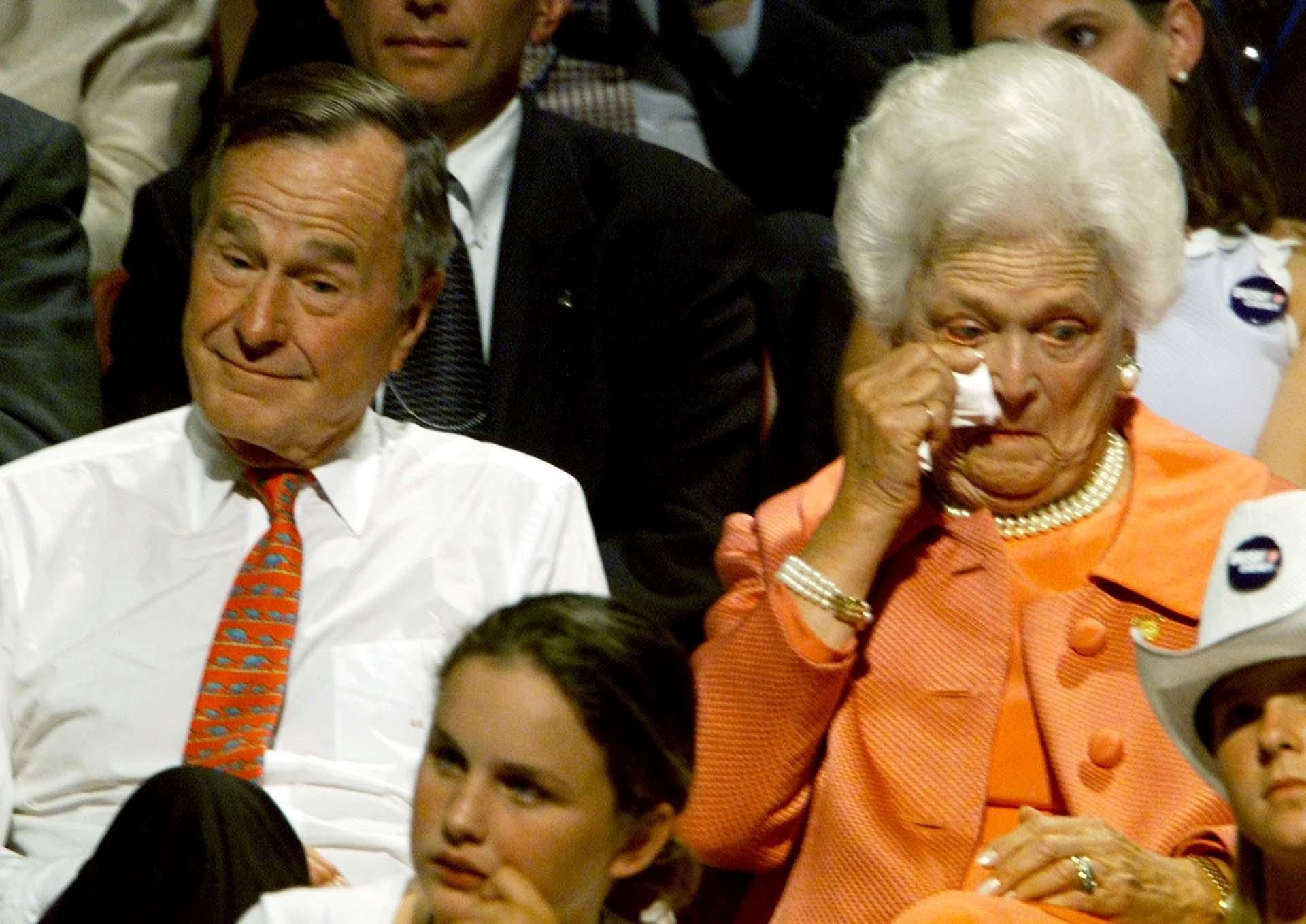 Barbara no pudo ocultar su emoción al ver en el escenario a su hijo George W. aceptando la candidatura presidencial en la Convención Nacional Republicana de agosto de 2000 en Filadelfia