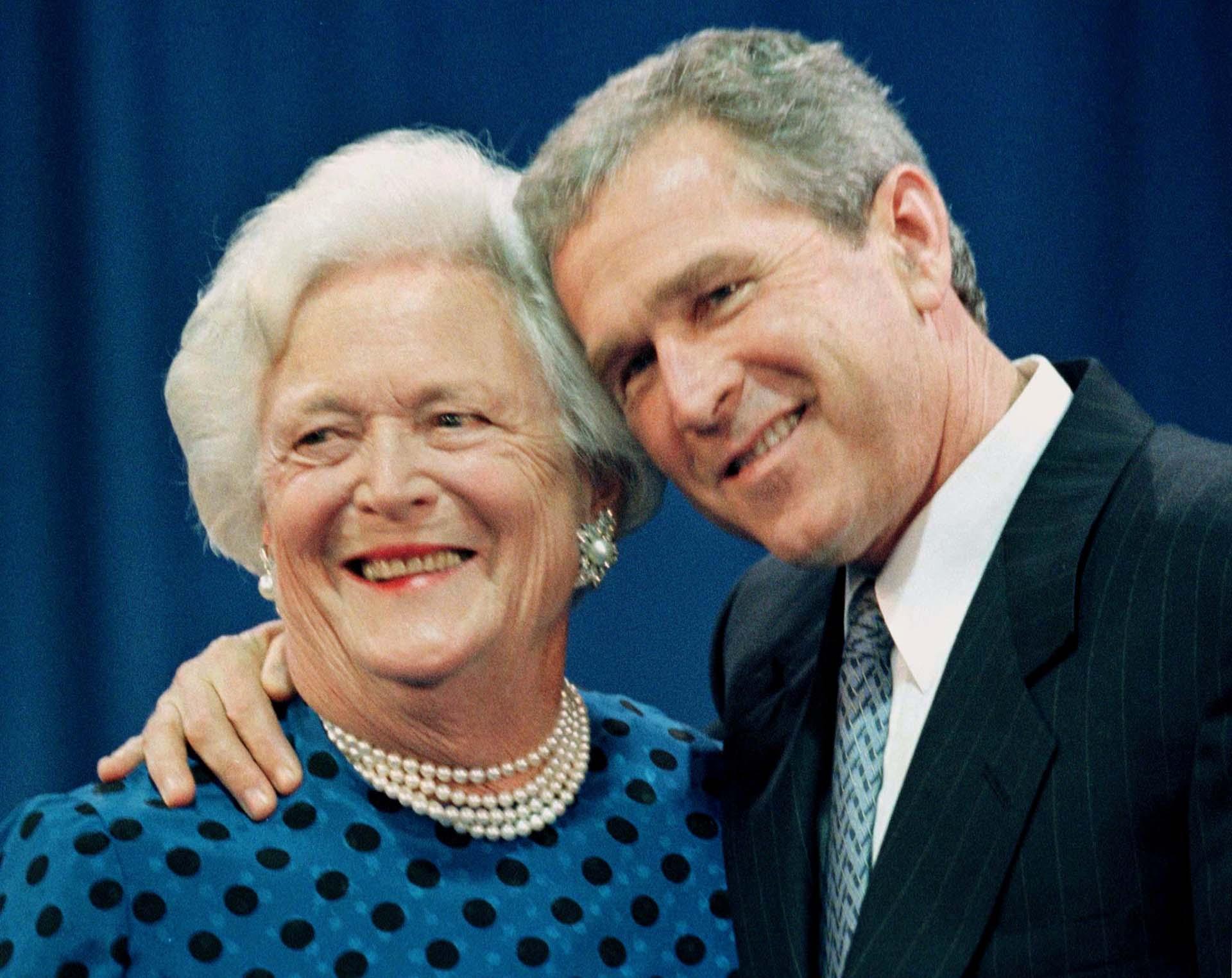 Junto a su hijo, el gobernador George W. Bush, quien luego se convirtió en presidente de EEUU