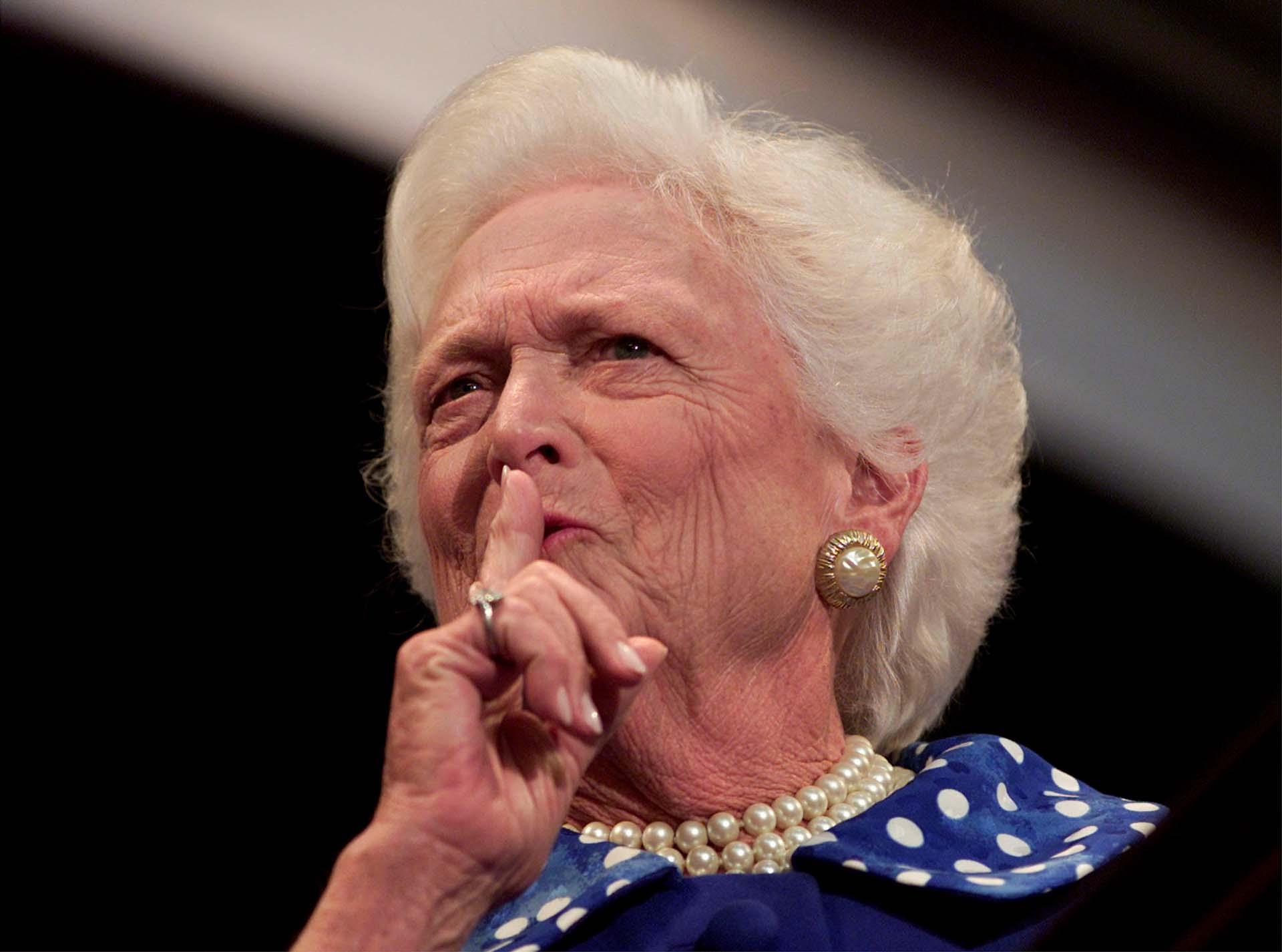 Barbara Bushpide silencio a la multitud en la Convención Nacional Republicana del 1 de agosto de 2000