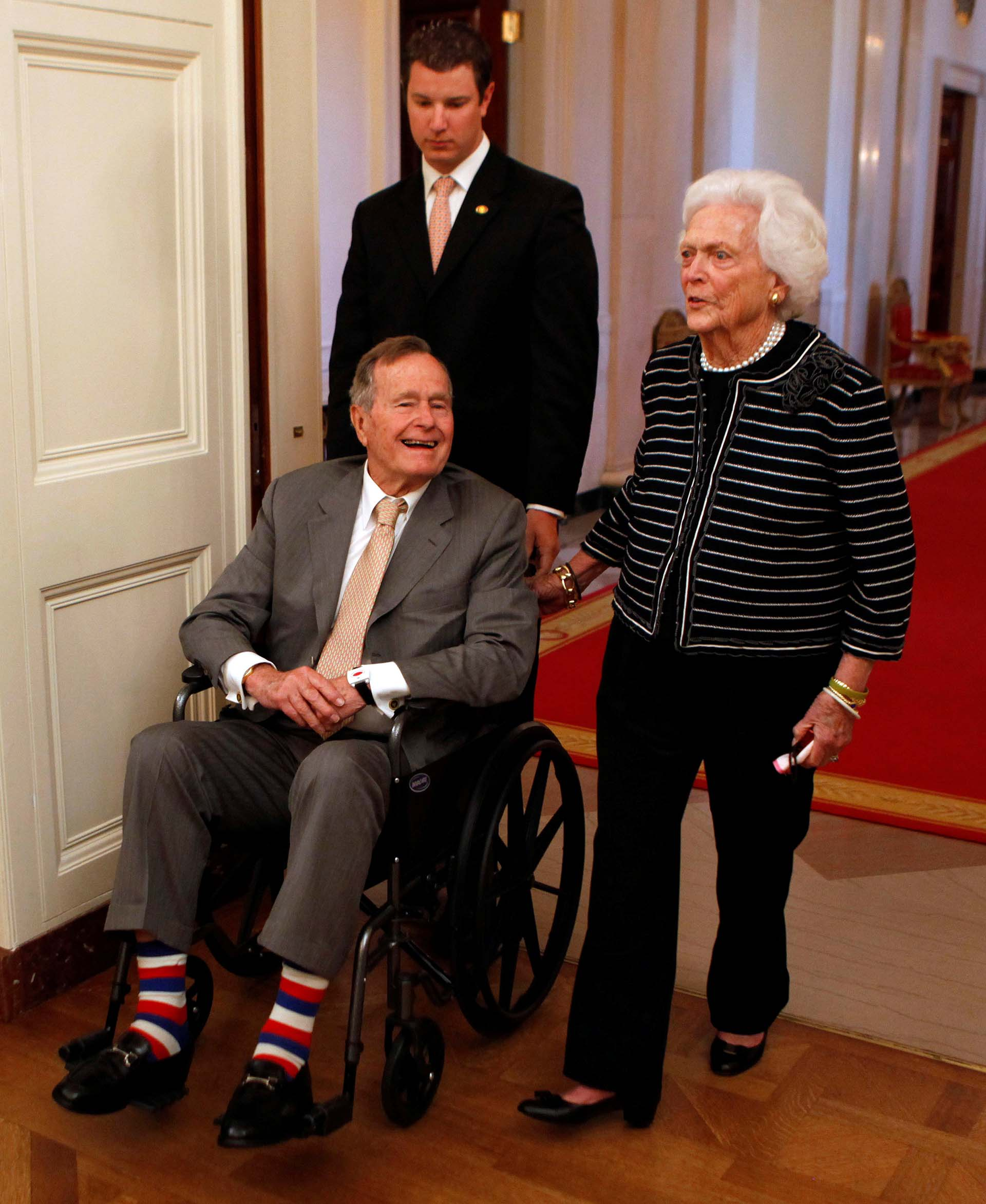 Con el ex presidente George H. Bush antes de la ceremonia de los retratos oficiales del ex presidente George W. Bush y la ex primera dama Laura Bush en Washington, en 2012. (REUTERS/Larry Downing)