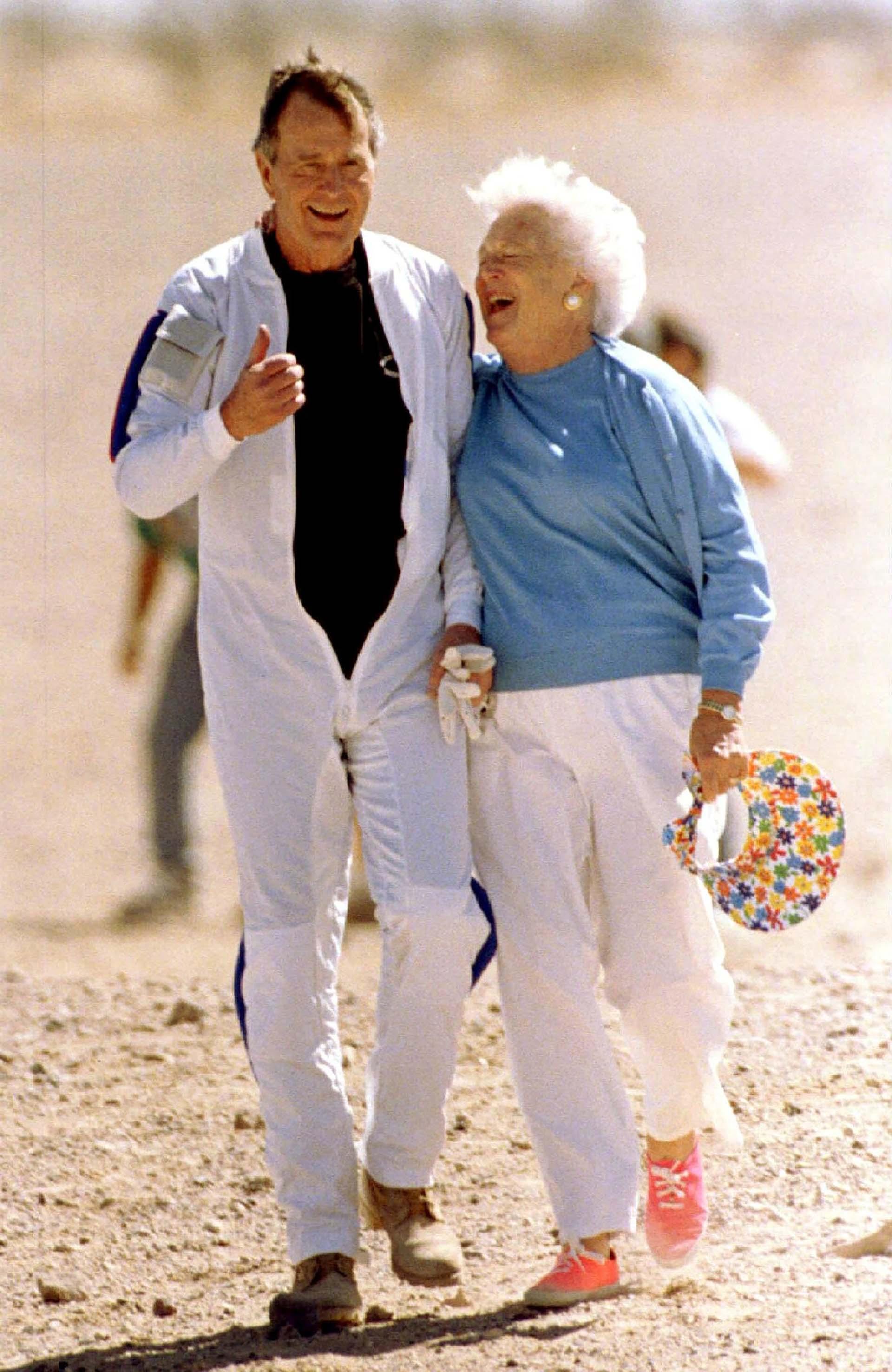Barbarafestejó un salto en paracaídasdesu esposo en Yuma el 25 de marzo de 1997