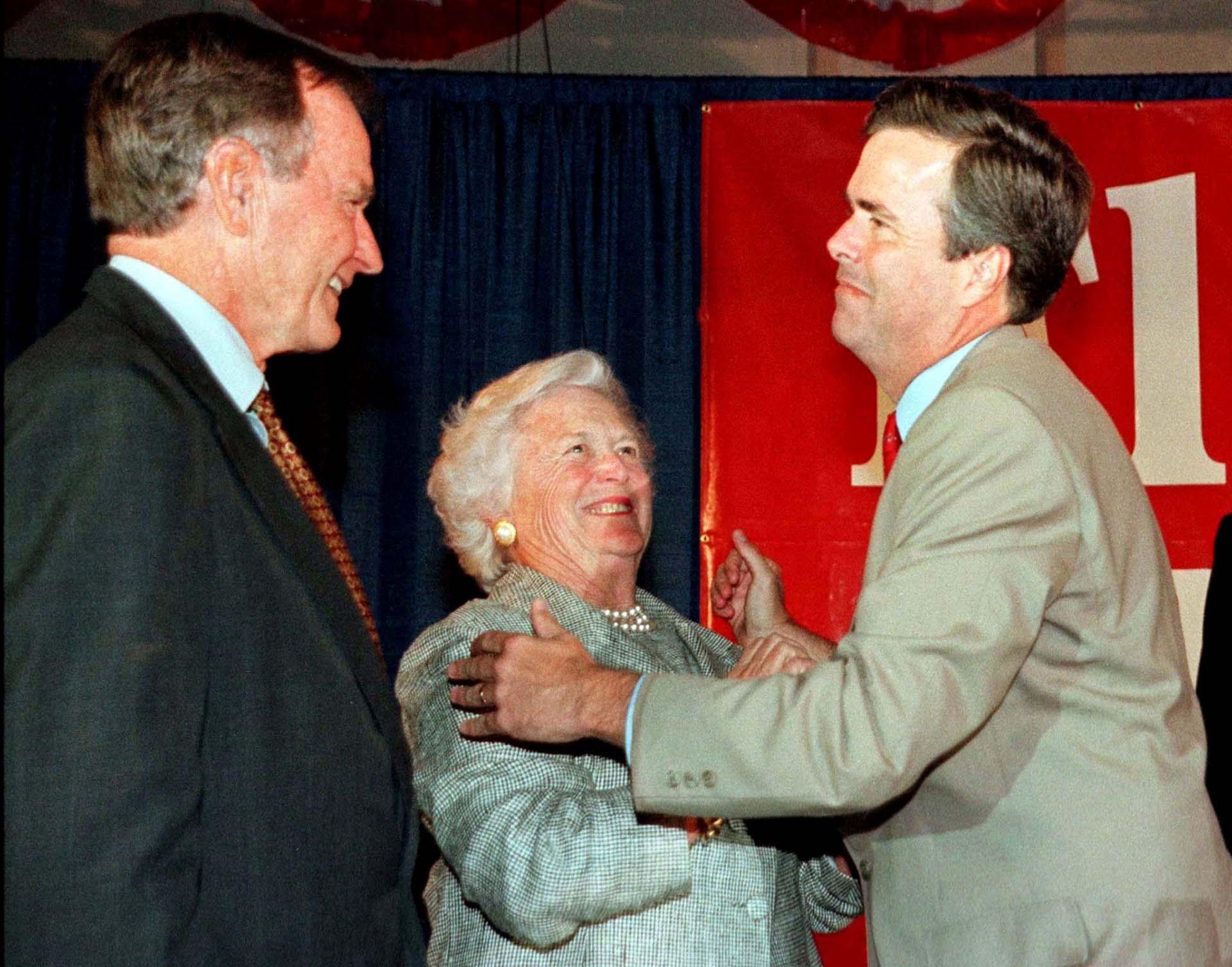 Barbara y su esposofelicitan a su hijo menorJeb por su victoria en las primarias republicanas para ser candidato a gobernador de Florida en 1994