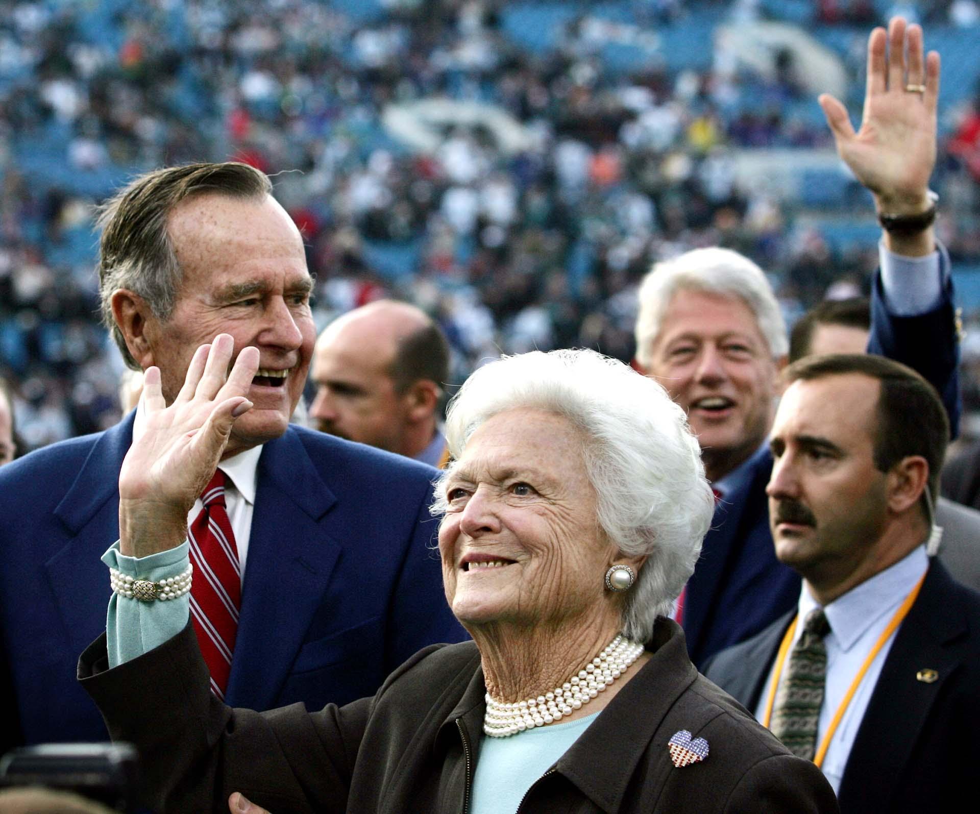 Con los ex presidentes George Bush y Bill Clinton antes del Super Bowl XXXIX en Jacksonville, en 2005. (REUTERS/Marc Serota)
