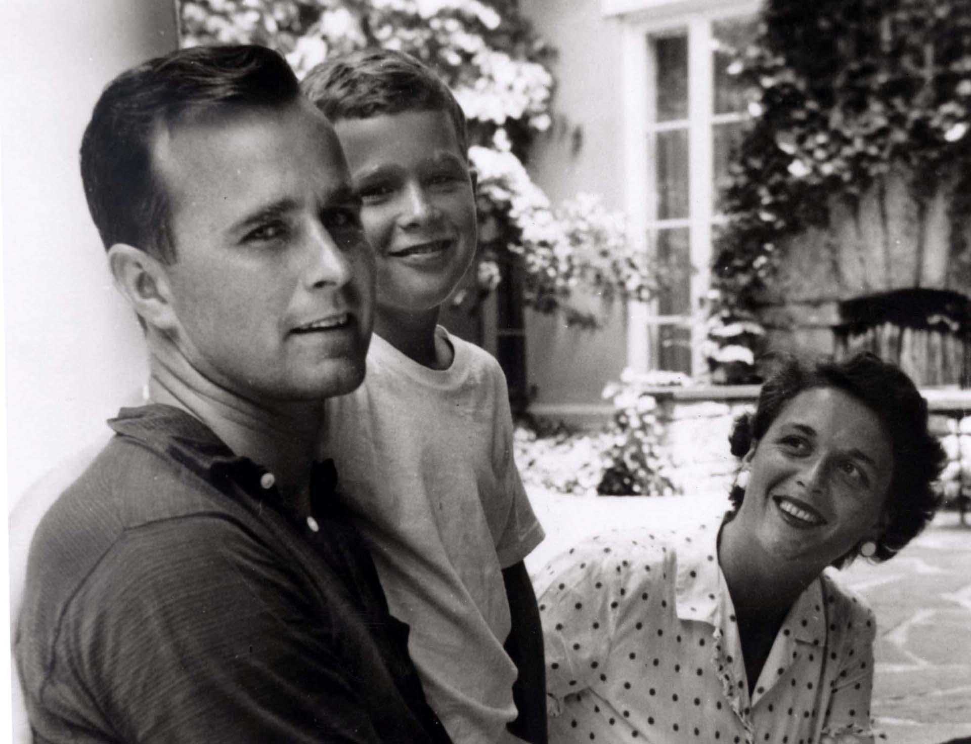 En 1955, el adolescente George W. Bush posa con su padrey su madreen Rye, Nueva York