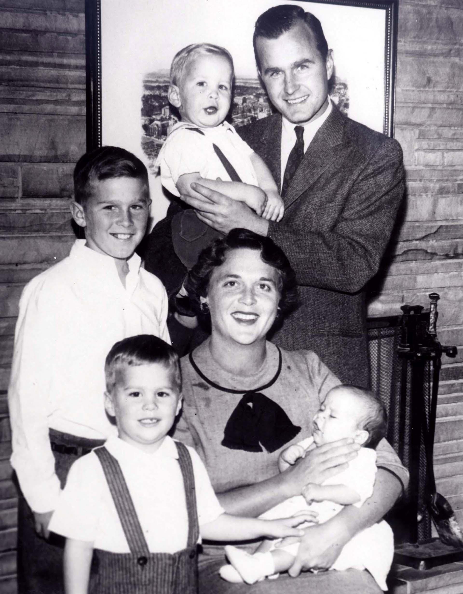 La familia Bush en 1956: GeorgeH.W., Neil, George W., Barbara, Jeb y Marvin