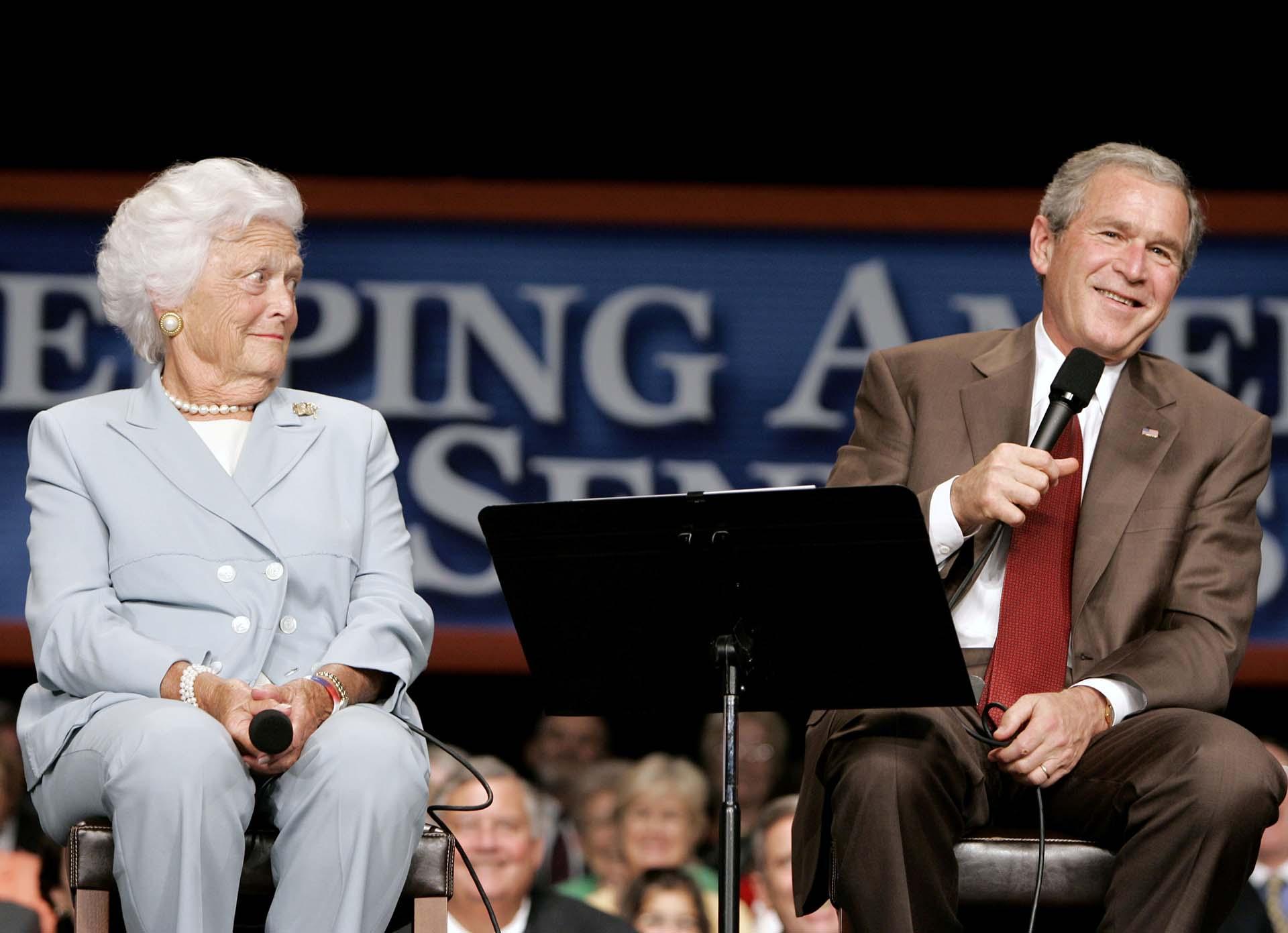 El presidente George W. Bush bromea con su madre durante un acto en Atlanta, Georgia, en 2005. (REUTERS/Larry Downing)