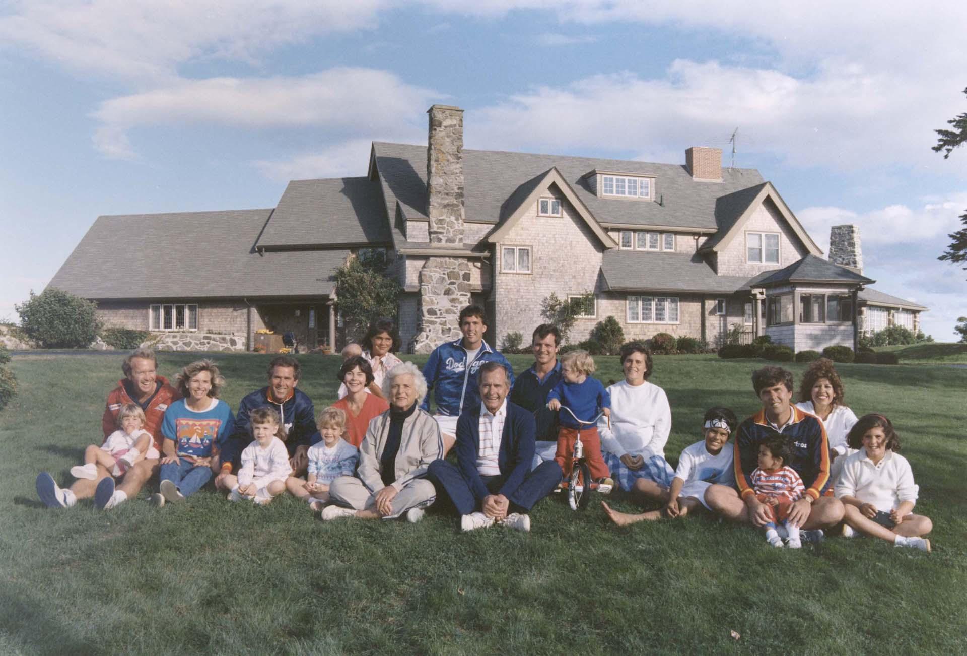 Retrato frente a su hogar en Kennebunkport, Maine, en 1986 junto a su hijos Marvin, Neil, George W., Dorothy y George P., sus nueras, el yerno y sus nietos