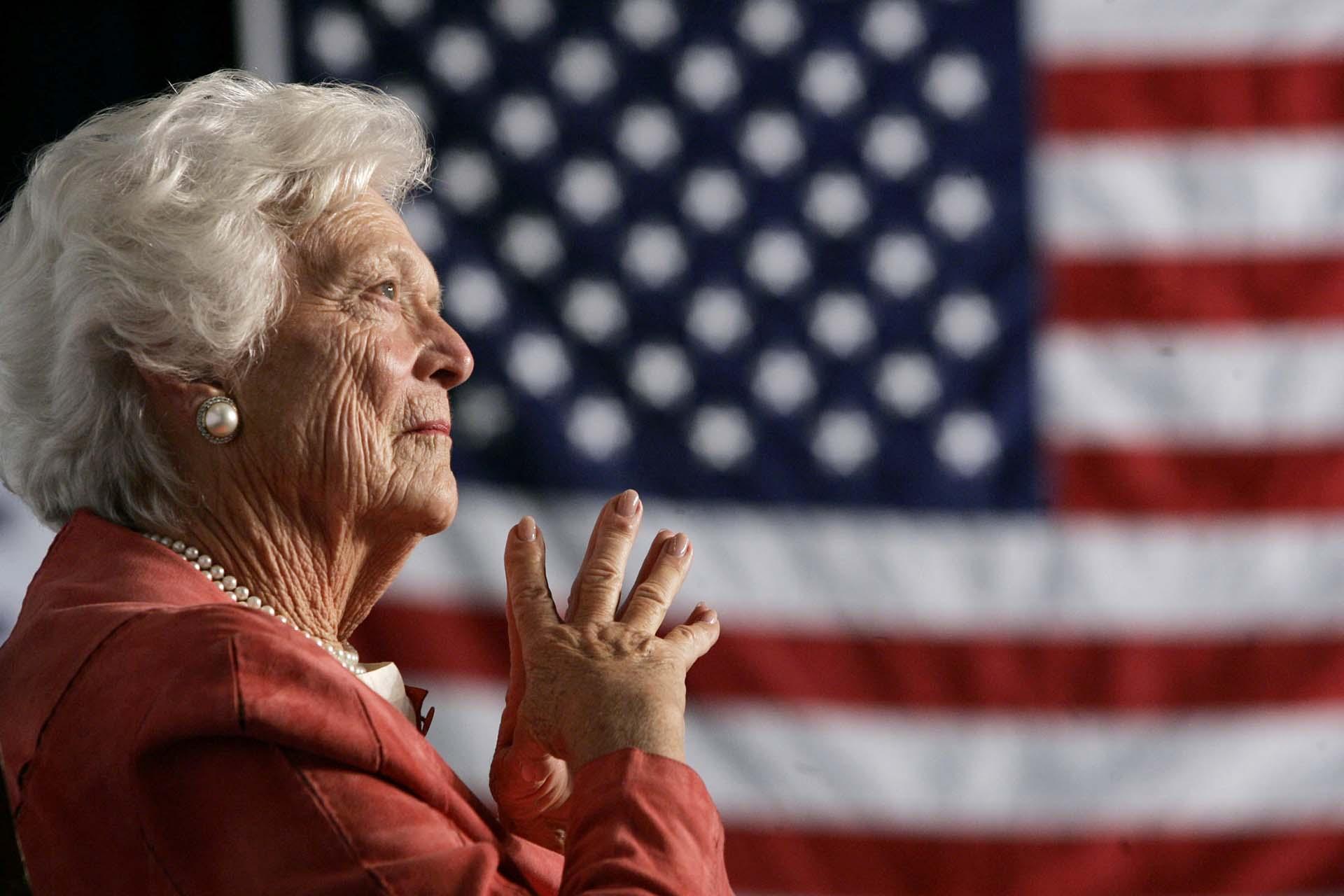 Barbara Bush escucha a su hijo en Orlando, Florida, en 2005. (REUTERS/Jason Reed)