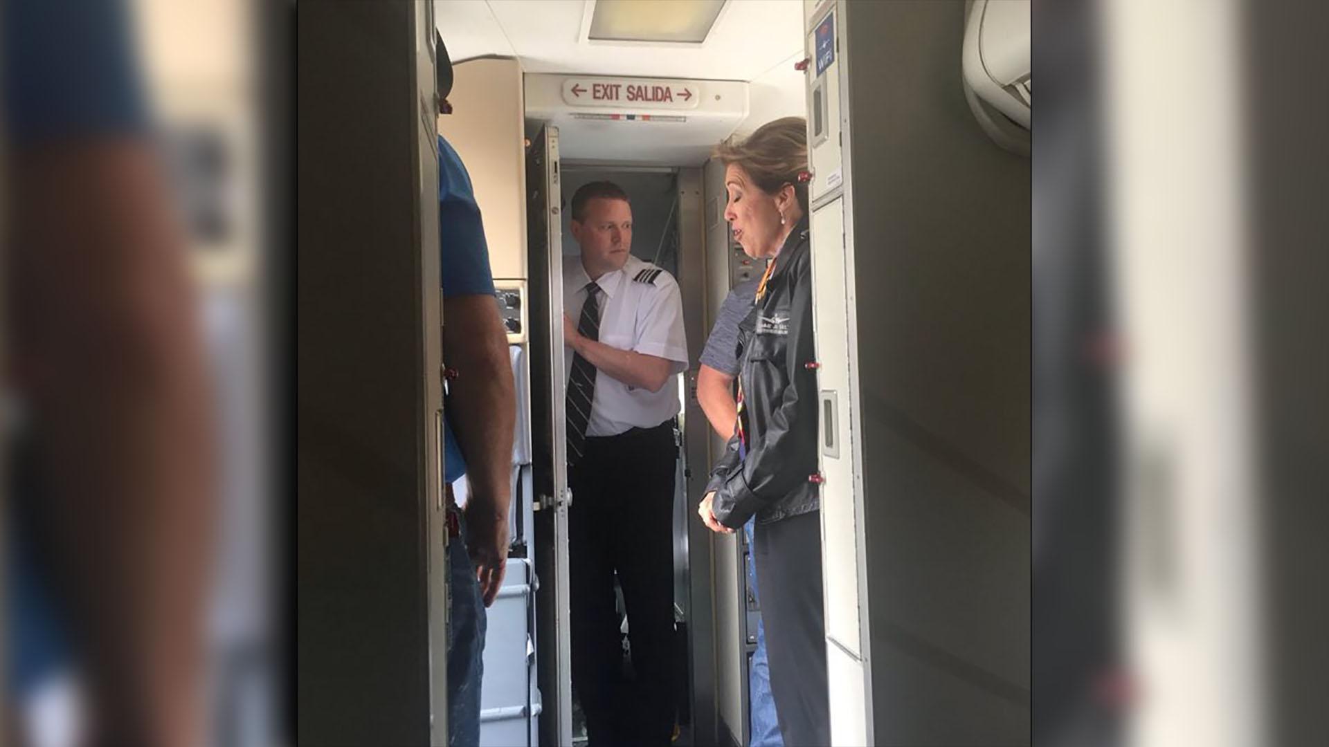 Califican de heroína a mujer piloto de avión de Southwest accidentado