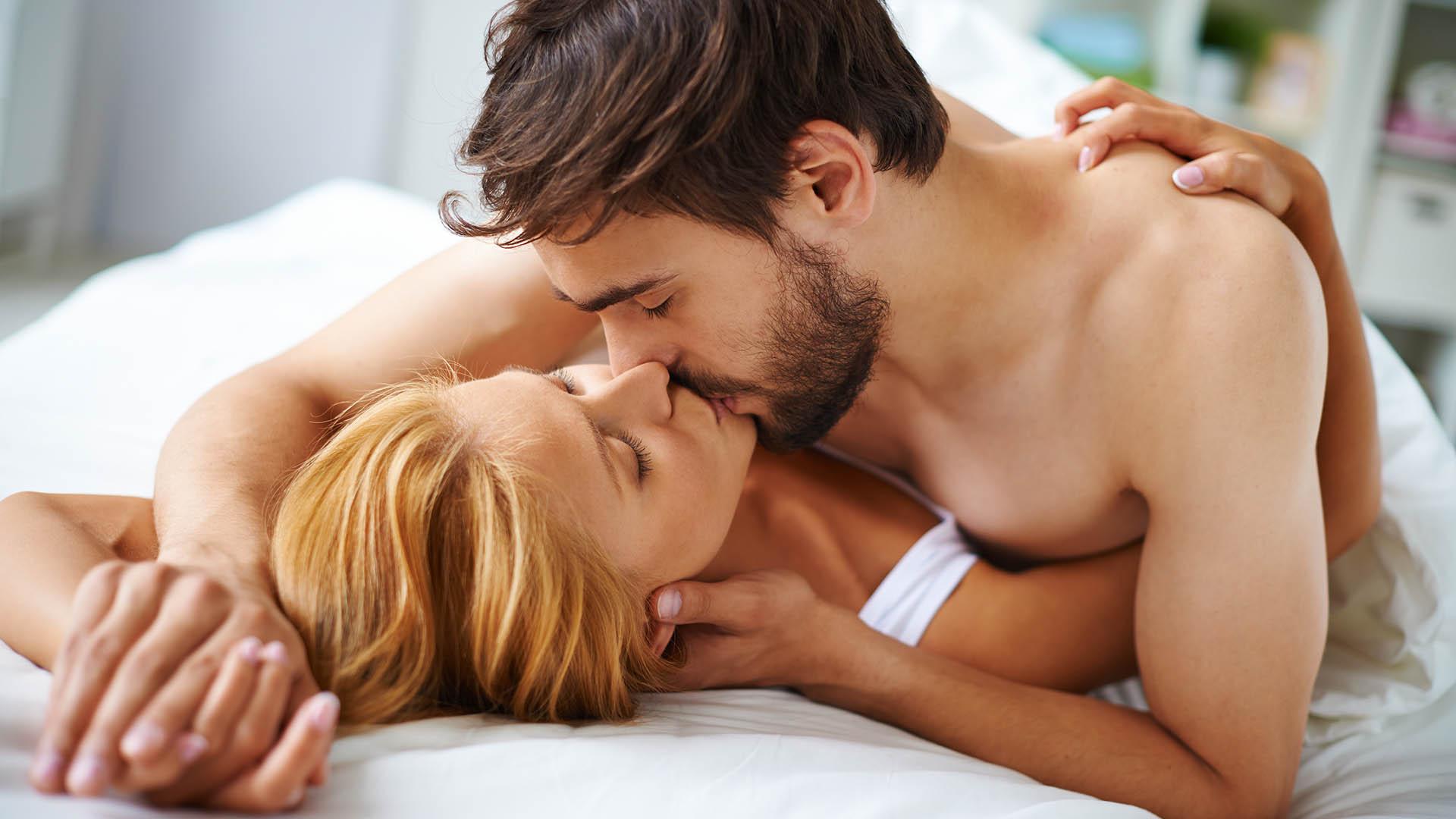 Uno de los mitos más comunes es que la relación sexual para lograr el embarazo tiene que ser justo en el día y momento de la ovulación (Getty)