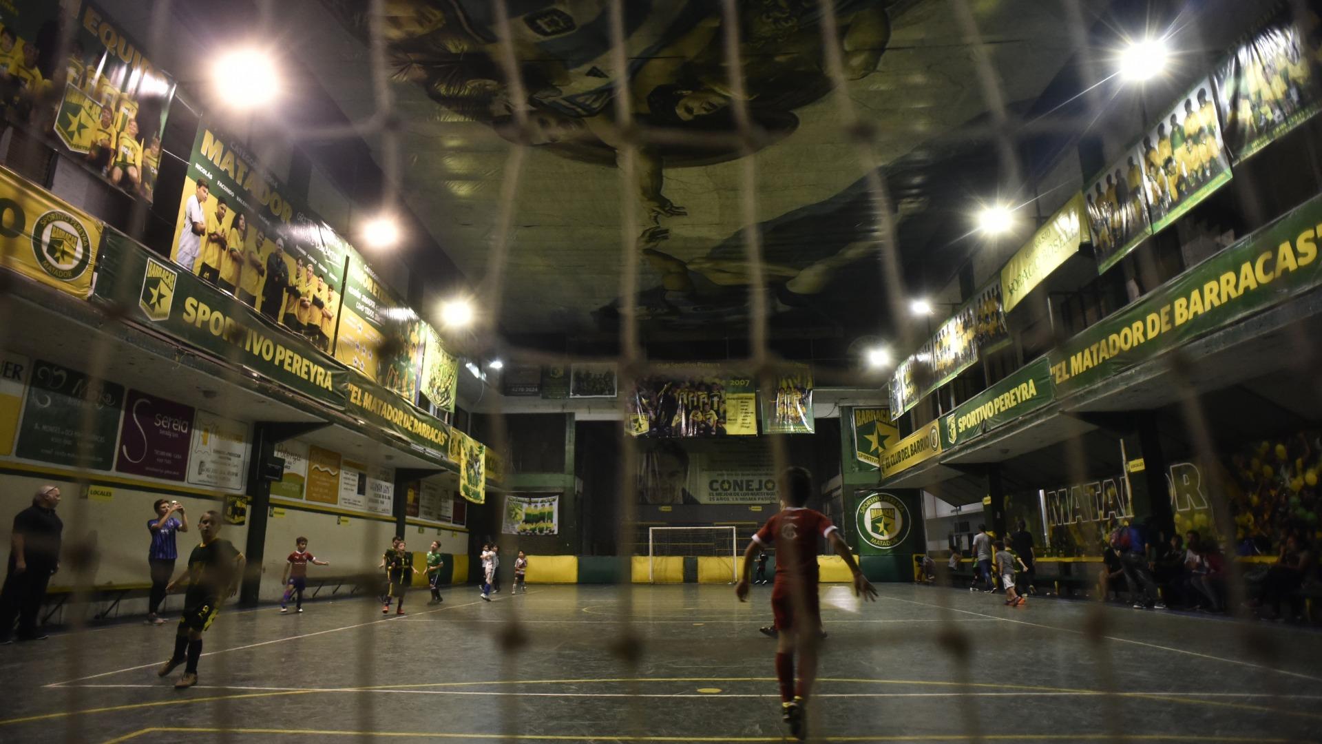 Alrededor de 100 chicos juegan al fútbol. Y 450 personas hacen actividades (Foto: Adrián Escandar)