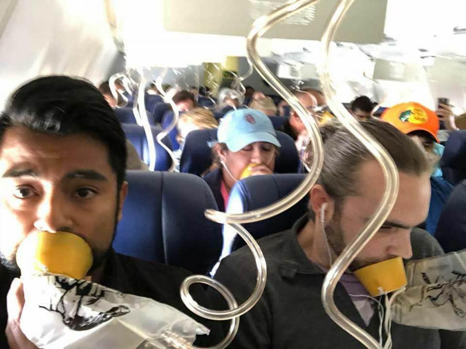 La imagen tomada por elpasajeroMarty Martinez en el vuelo de Southwest Airlines muestra que todos se los pasajeros se colocaron las máscaras de oxígeno de manera incorrecta por no haber atendidoa las explicación de la azafata.