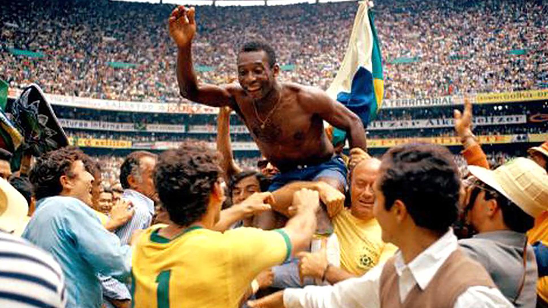 En el Mundial de México 1970, que consagró a Brasil, debutaron las tarjetas