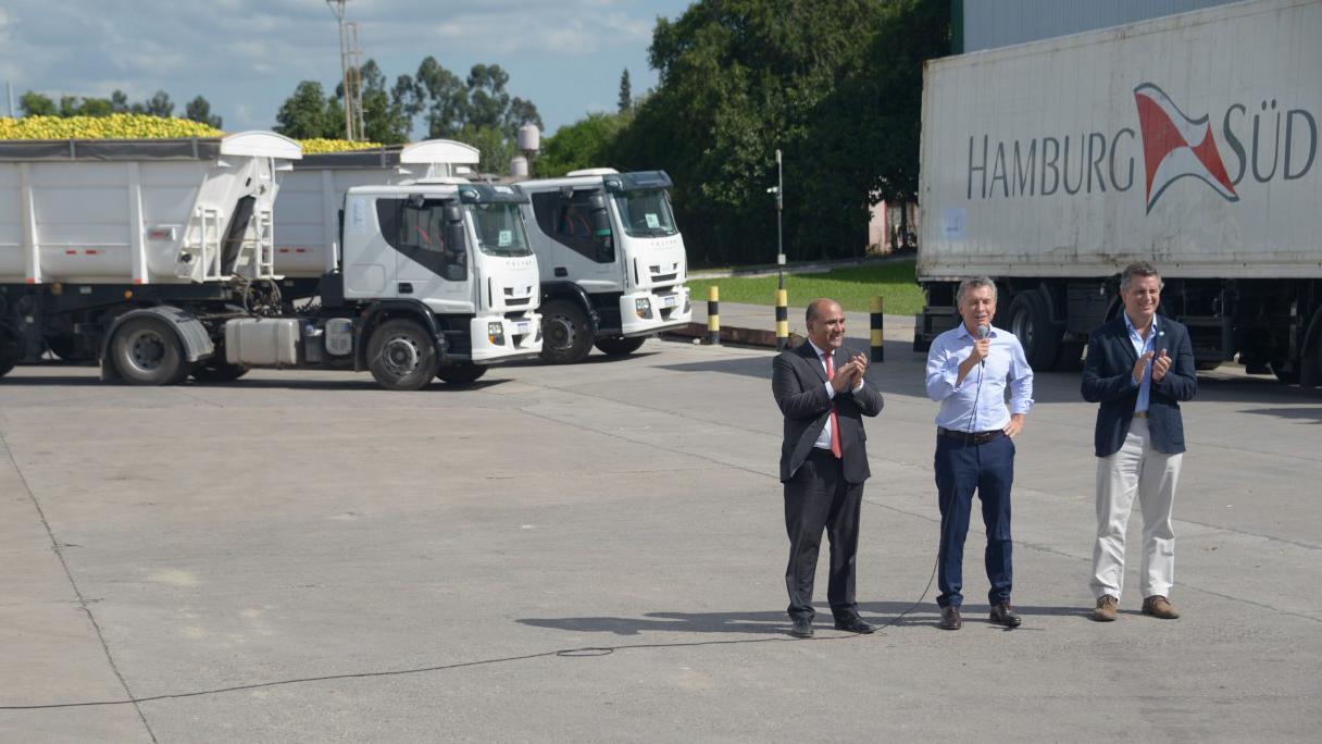 Mauricio Macri, acompañado por el gobernador de Tucumán, Juan Manzur y el ministro de Agroindustria, Luis Miguel Etchevehere celebraron el primer embarque de limones