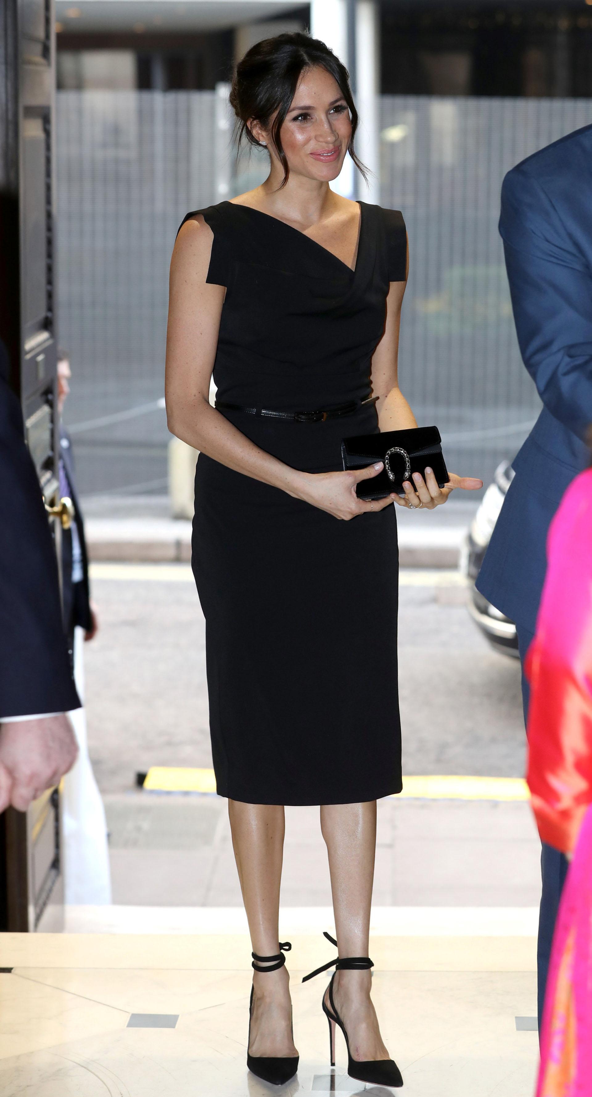 La ex actriz estadounidense, de 36 años, eligió un elegante look totalmente negro, con un vestido debajo de la rodilla y cartera Gucci