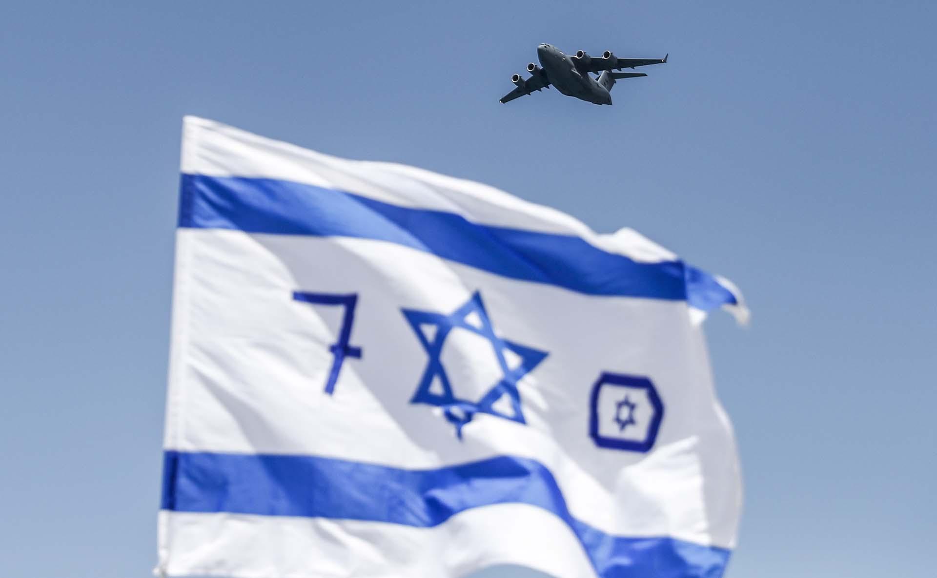Un avión militar C-17 Globemaster III sobrevuela Israel durante un espectáculo aéreo en Tel Aviv (AFP)