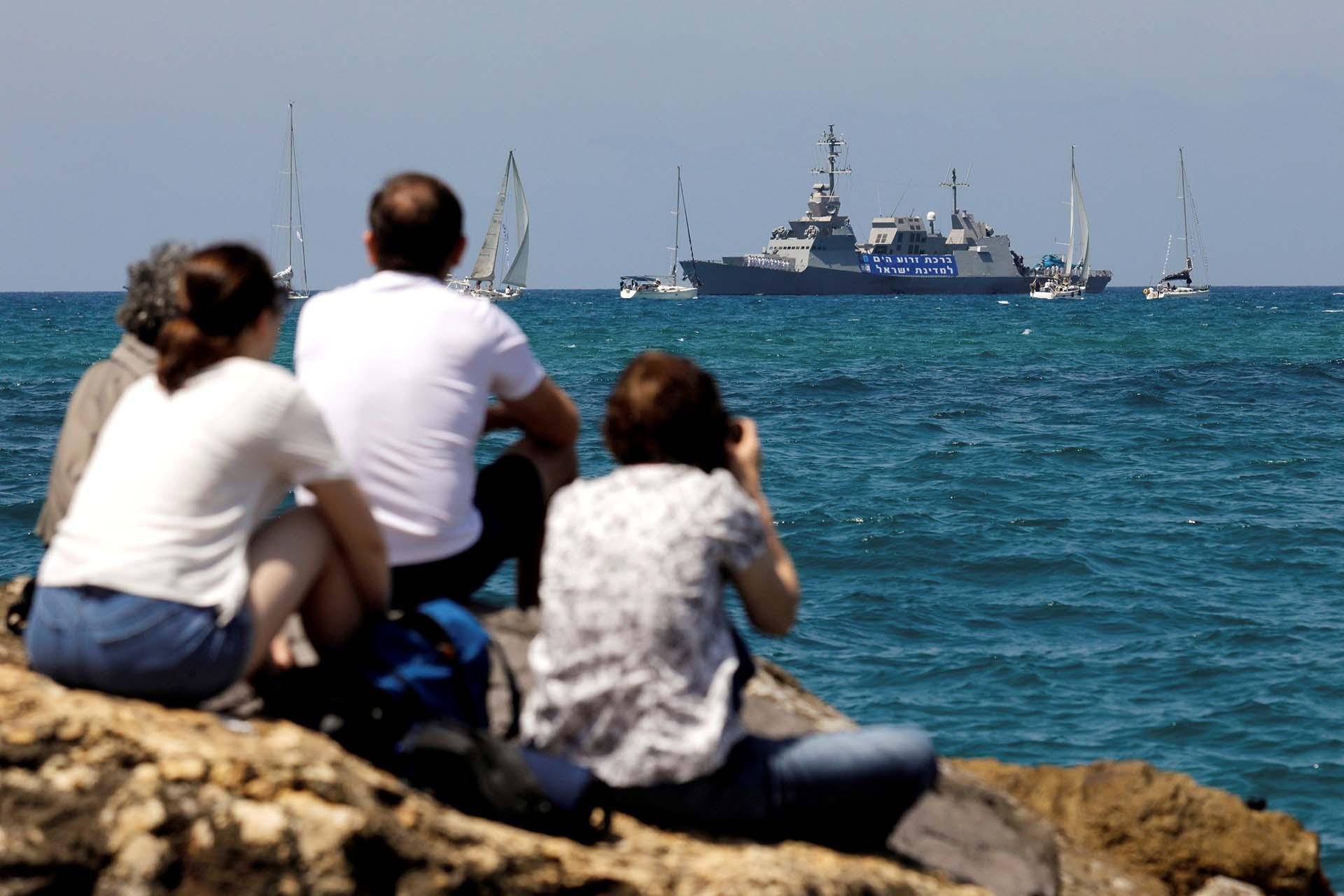 Una familia disfruta del espectáculo aéreo en las costas del Mediterráneo (REUTERS/Amir Cohen)