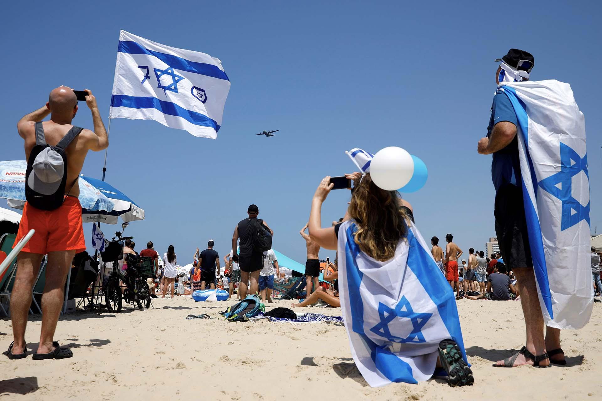 Decenas de personas disfrutaron del espectáculo aéreo en las playas de Tel Aviv(REUTERS/Amir Cohen)