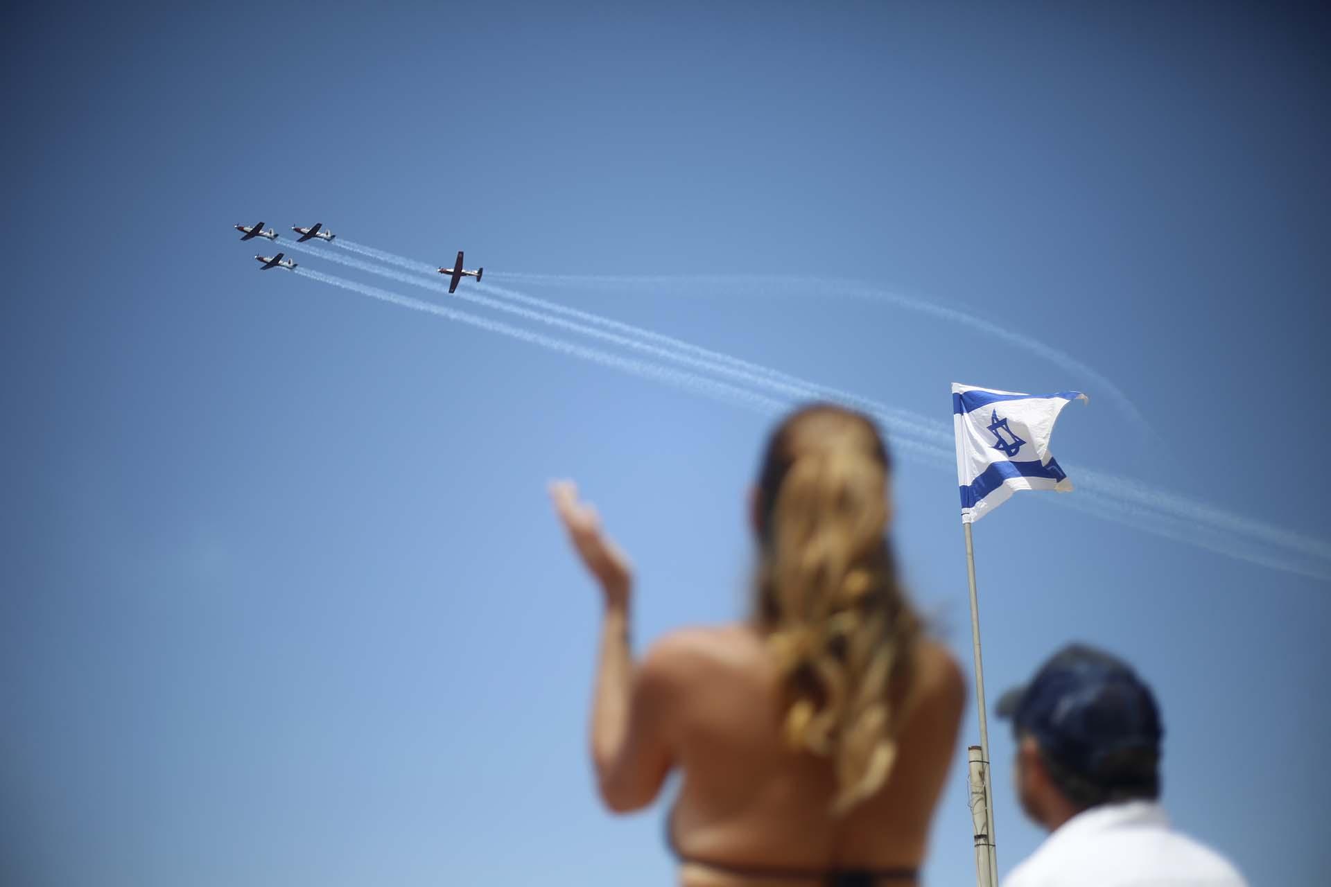 Dos israelíes observan el show aéreo en Tel Aviv, con motivo del 70 aniversario de la independencia (AP Photo/Ariel Schalit)