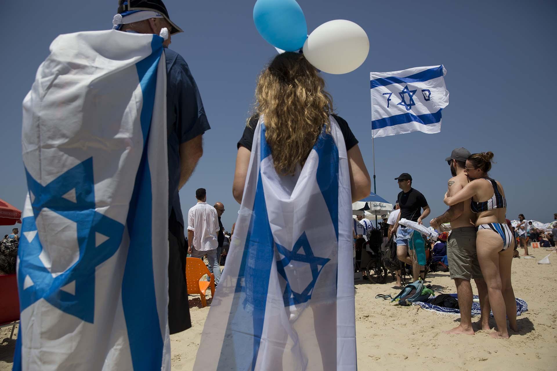 Globos y banderas inundaron las playas de Tel Aviv en el Día de la Independencia de Israel (AP Photo/Oded Balilty)
