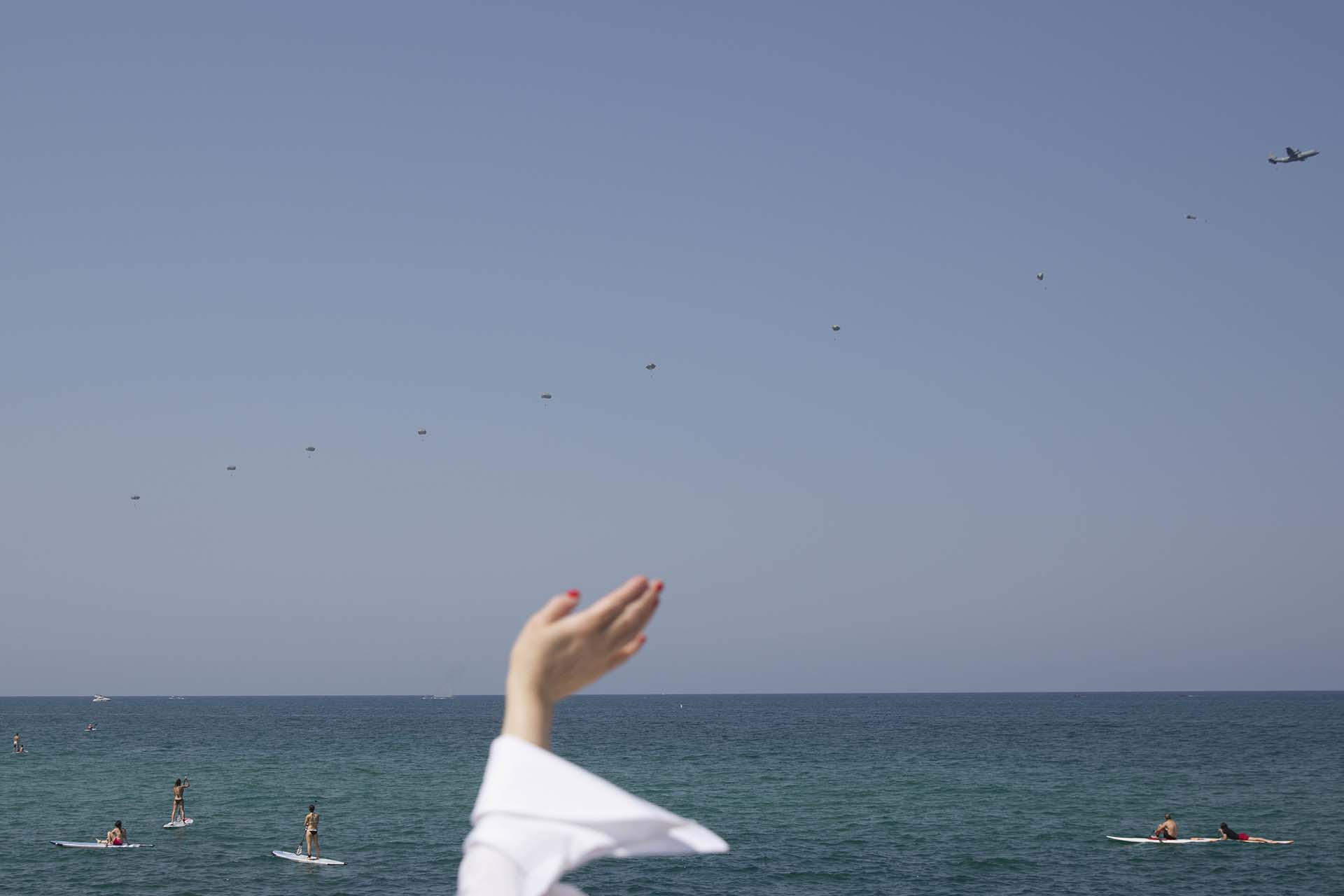 Una mujer saluda a los aviones militares de la fuerza aérea israelí (AP Photo/Oded Balilty)