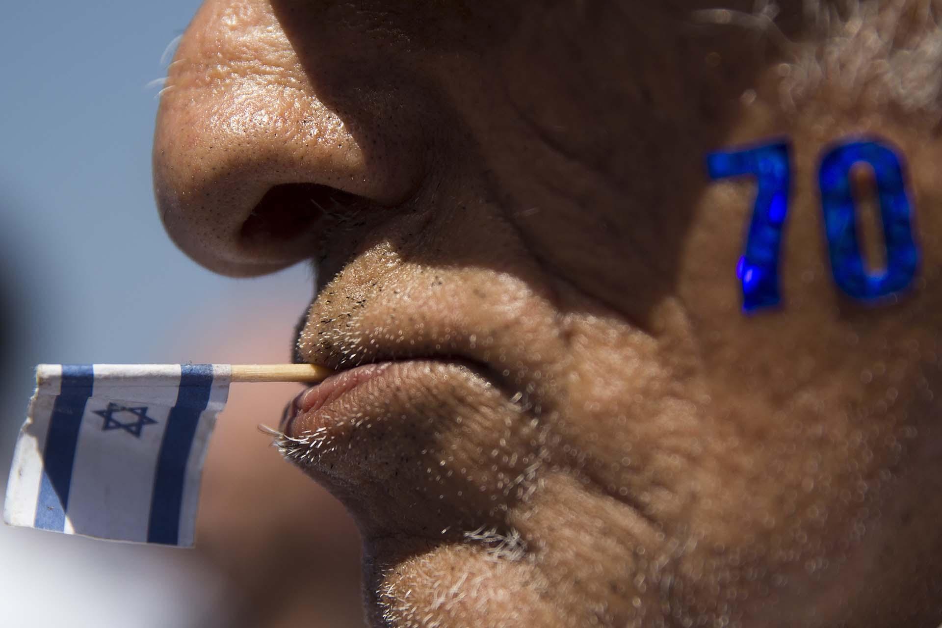 """Un hombre dibujó en su rostro el número """"70"""", con motivo del Día de la Independencia (AP Photo/Oded Balilty)"""