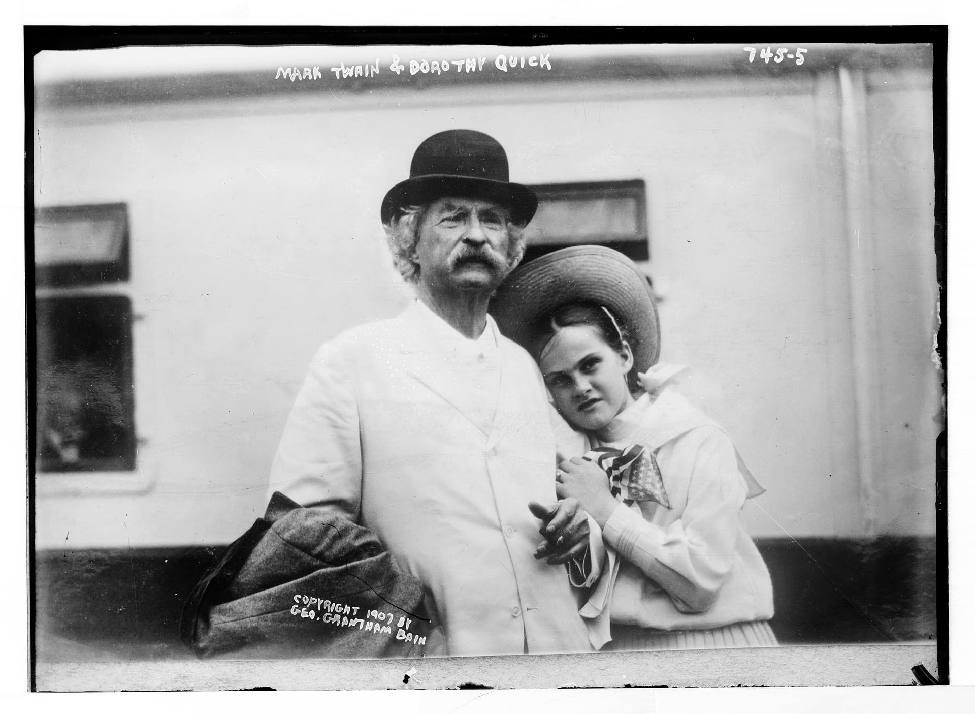 En los últimos años de su vida, Twain comenzó a tener relaciones epistolares y encuentros con niñas y adolescentes. En la foto Dorothy Quick, una de las más famosas, quien escribió un libro sobre la experiencia