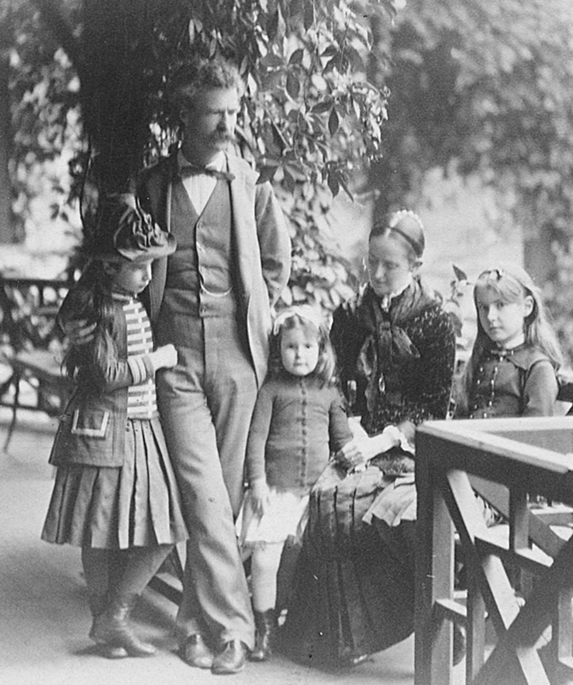Junto a Olivia Langdom, su esposa, y sus hijas: Susy, Jean y Clara