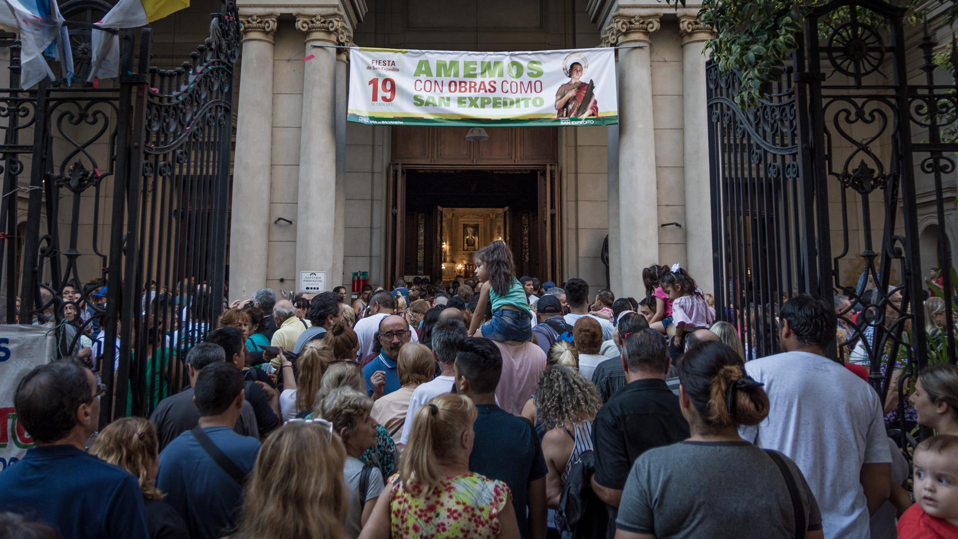 Miles de fieles se acercaron a la parroquia de Balvanera