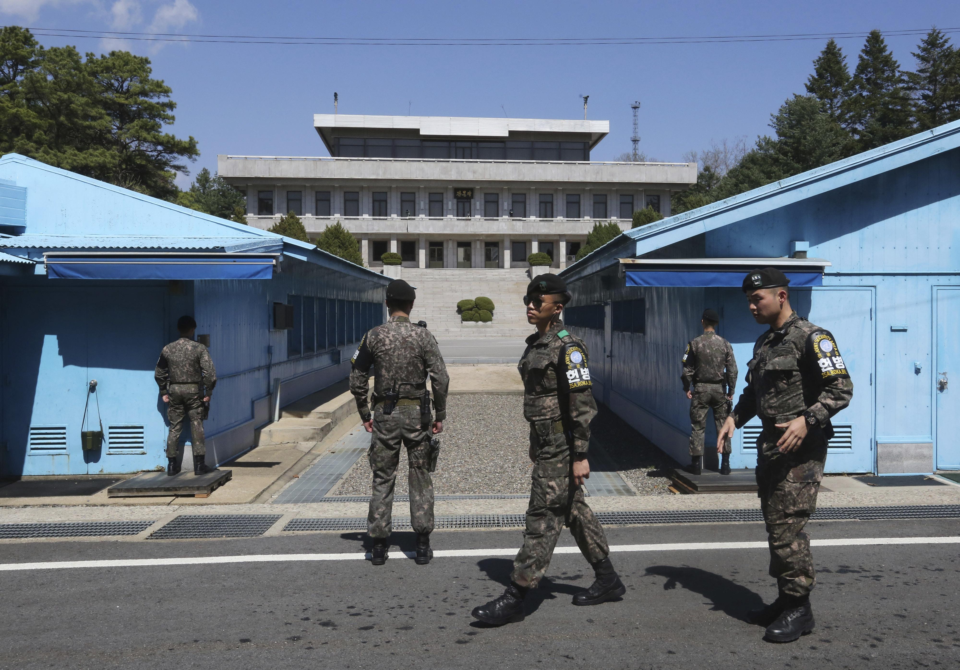 En esta imagen del miércoles 11 de abril de 2018, se ve a soldados del ejército surcoreano montando guardia en la localidad fronteriza de Panmunjom en Paju, Corea del Sur. (AP Foto/Ahn Young-joon)