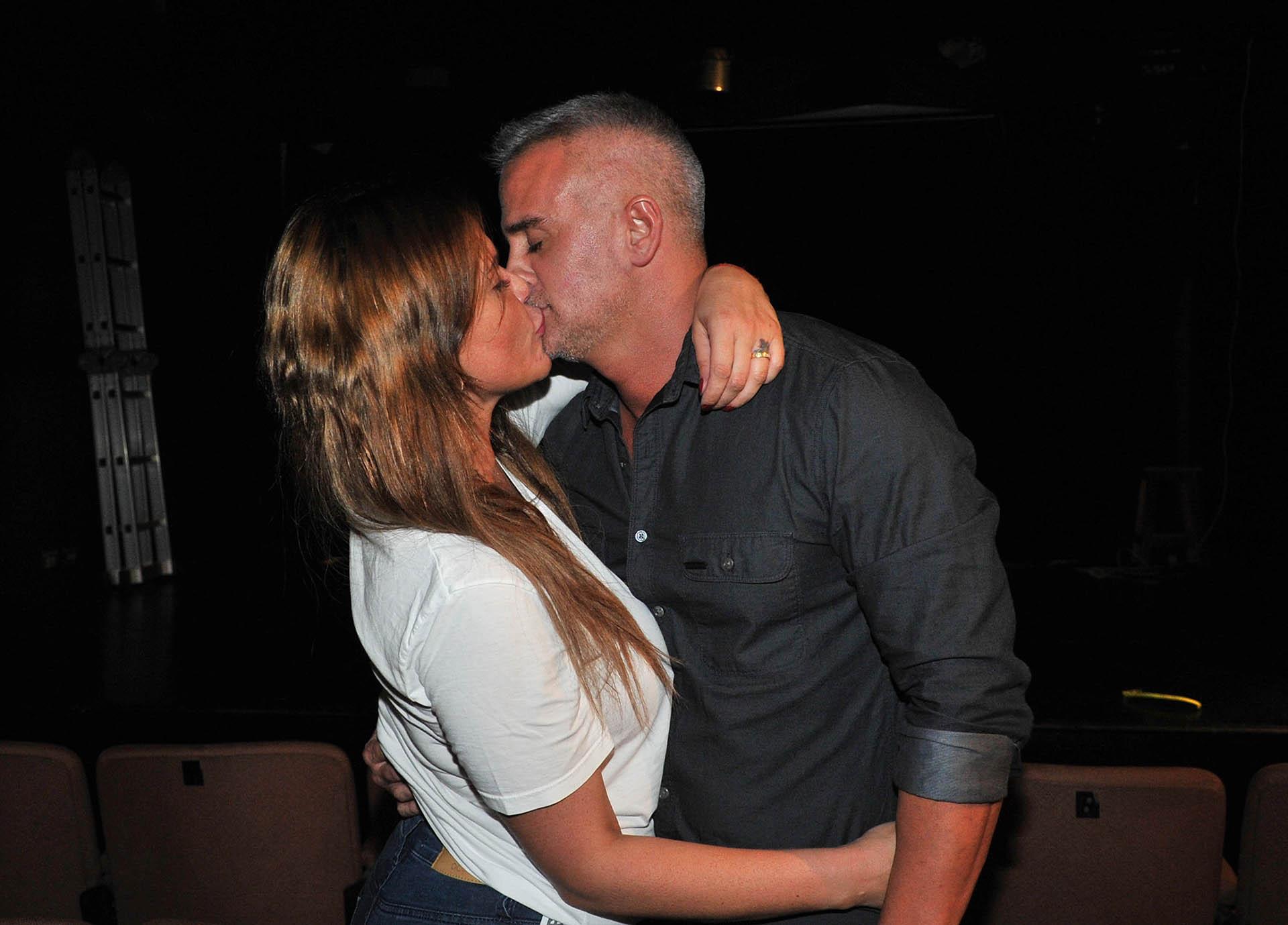 Nazarena y Leandro, a los besos