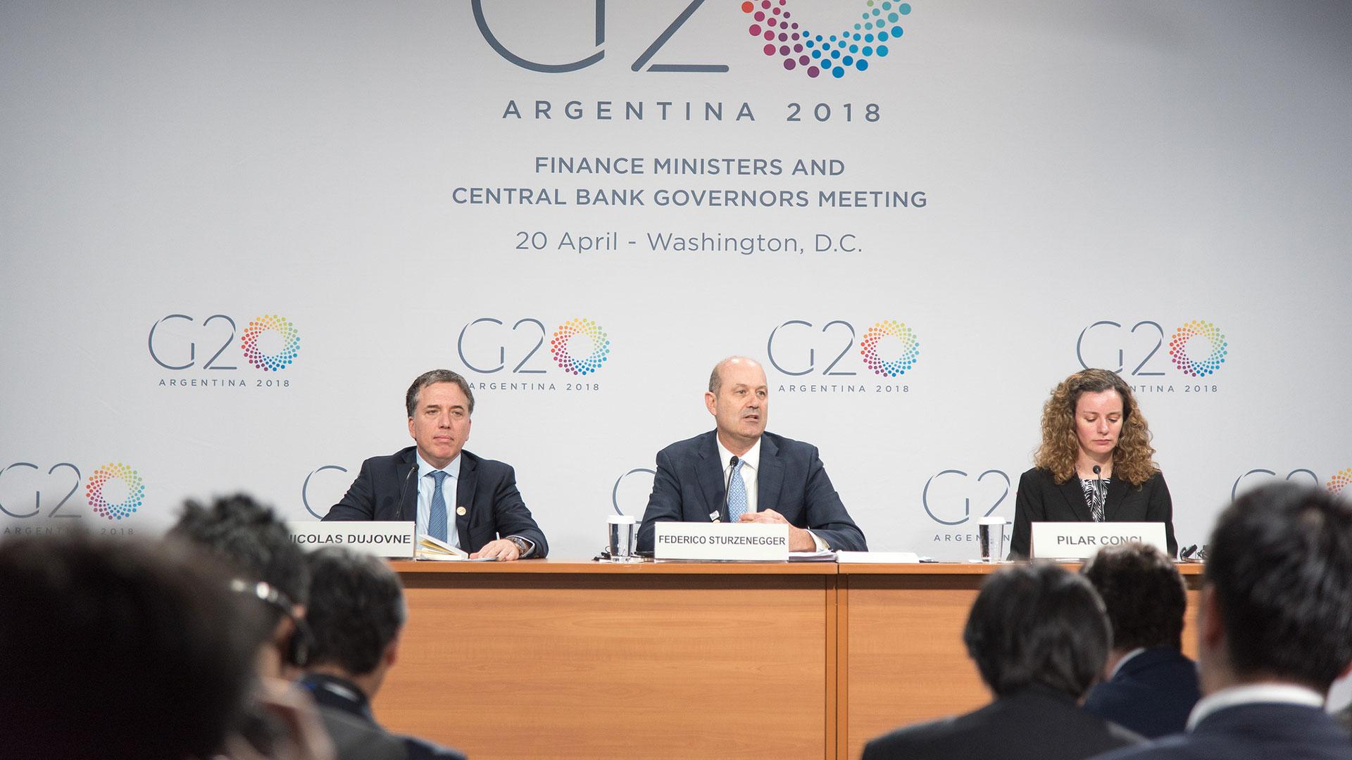 Nicolas Dujovne y Federico Sturzenegger en la conferencia en Washington