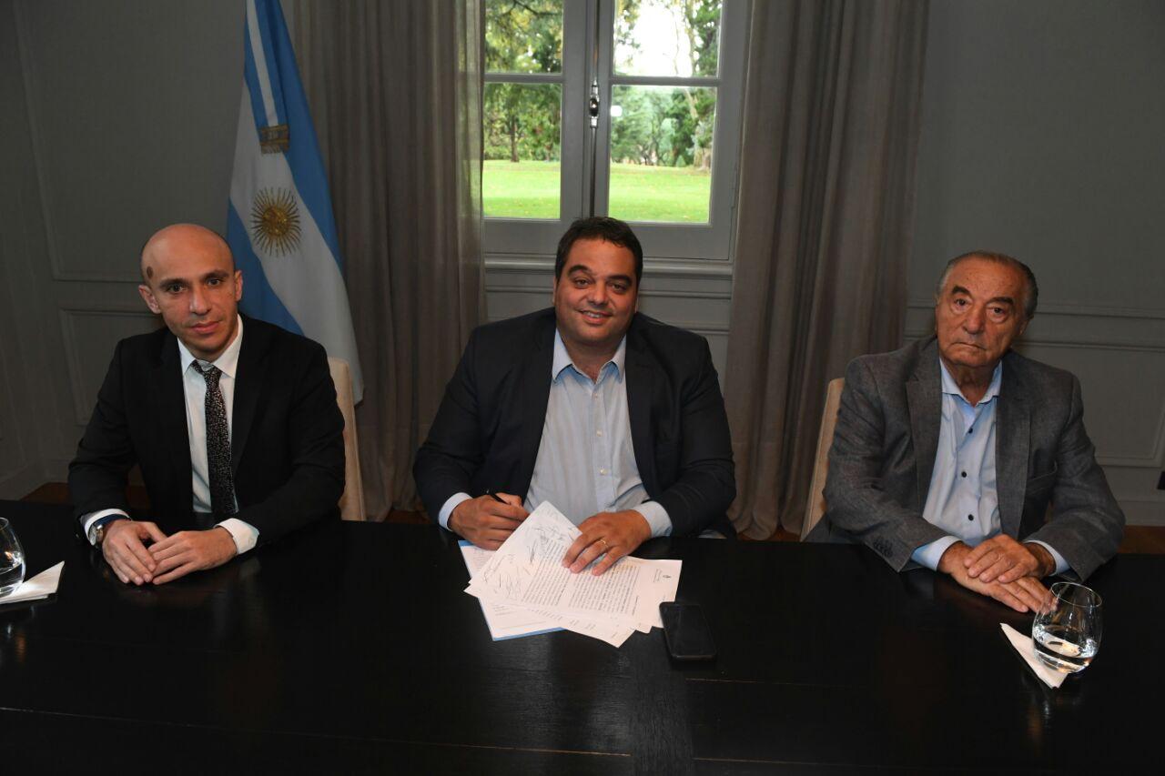 El CEO de Carrefour, Rami Baitieh, el ministro Jorge Triaca, y el gremialista Armando Cavalieri