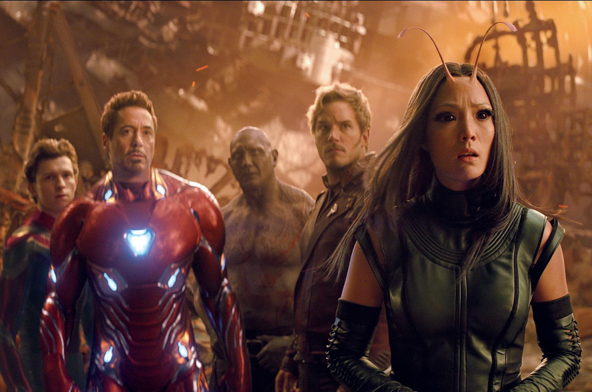Juntos, de cara al peligro: Mantis, Star Lord, Ironman, Drax y Spiderman. Irresistible reunión de superhéroes, que promete sacudir la taquilla de todo el planeta.