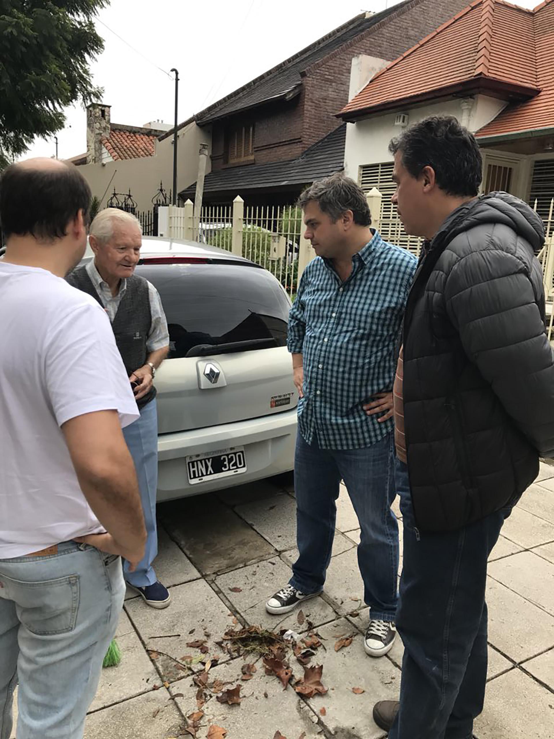 El ministro de Desarrollo Social de la provincia de Buenos Aires, Santiago Medrano, conversó con vecinos de la localidad de Villa Ballester, partido bonaerense de San Martín.
