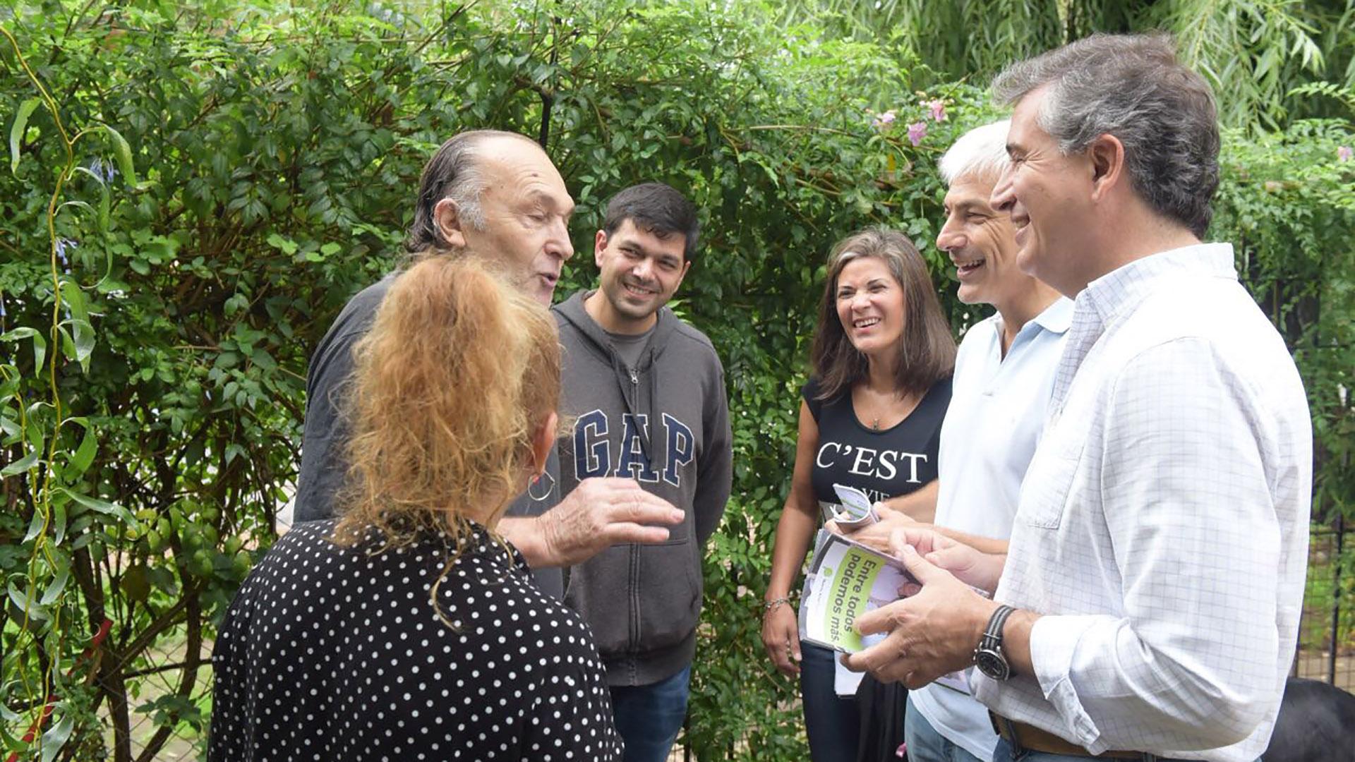 El ministro de Agroindustria de la Nación, Luis Miguel Etchevehere, junto al titular de Trenes Argentinos, Guillermo Fiad, conversaron con vecinos de Berazategui.