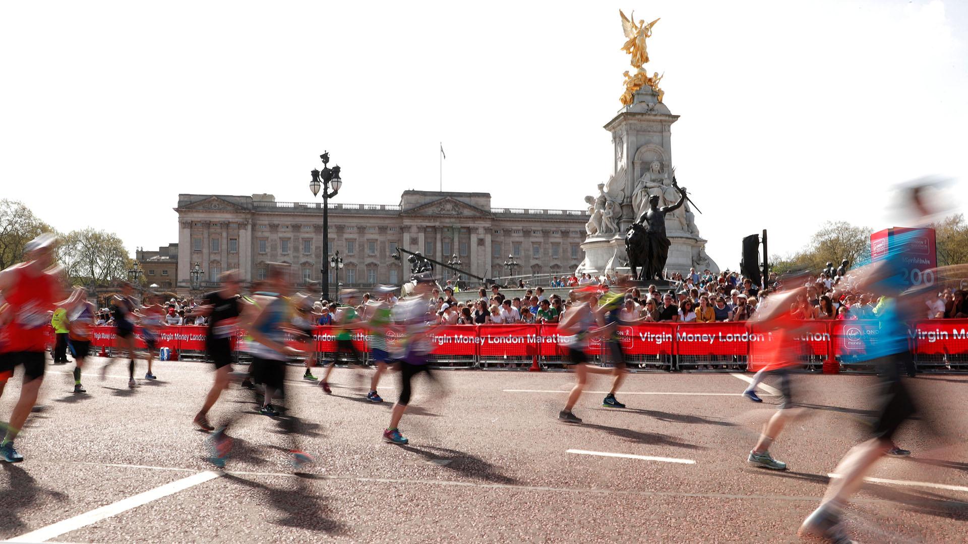Los corredores pasan por delante del Palacio deBuckingham