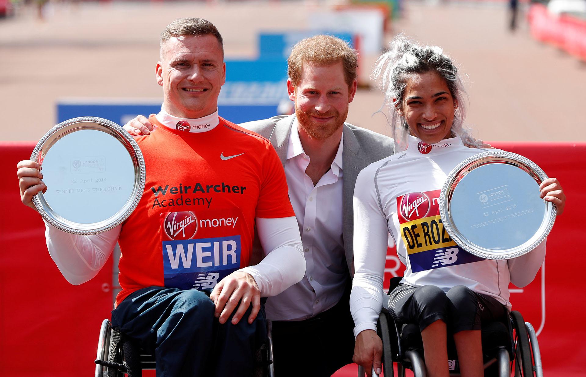 El principeHarry junto a la australiana Madison de Rozario y el británico David Weir, ganadores de sus categorpias