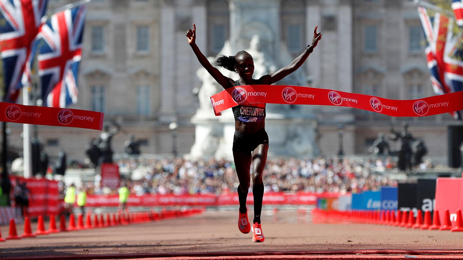 En la categoría femenina, la keniana Vivian Cheruiyot sorprendió este domingo a las principales favoritas y, con un tiempo de 2h 18:31, conquistó su primer Maratón de Londres