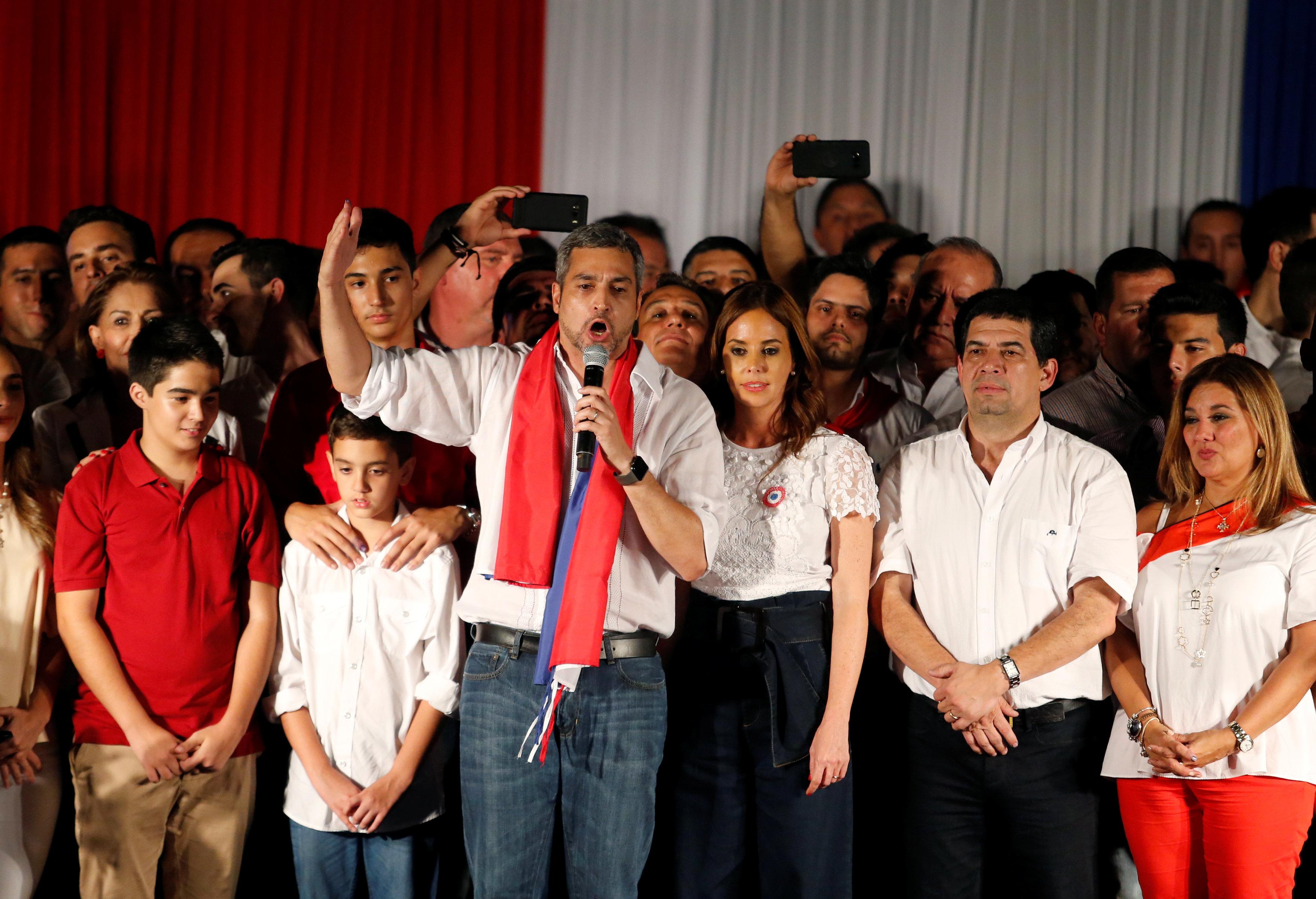 Mario Abdo saluda a sus simpatizantes como presidente electo de Paraguay el 22 de abril