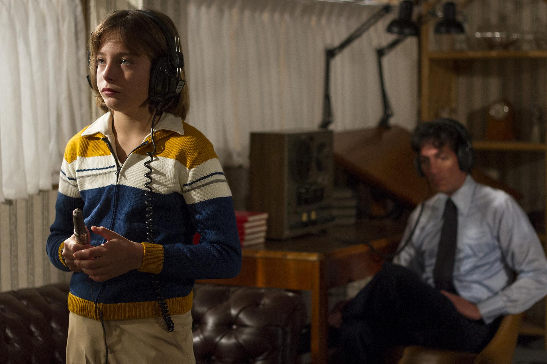 Izan Llunas, el actor que interpreta a Luis Miguel en su niñez en la serie de Netflix, en una de las escenas que recrea el rodaje de su primera película