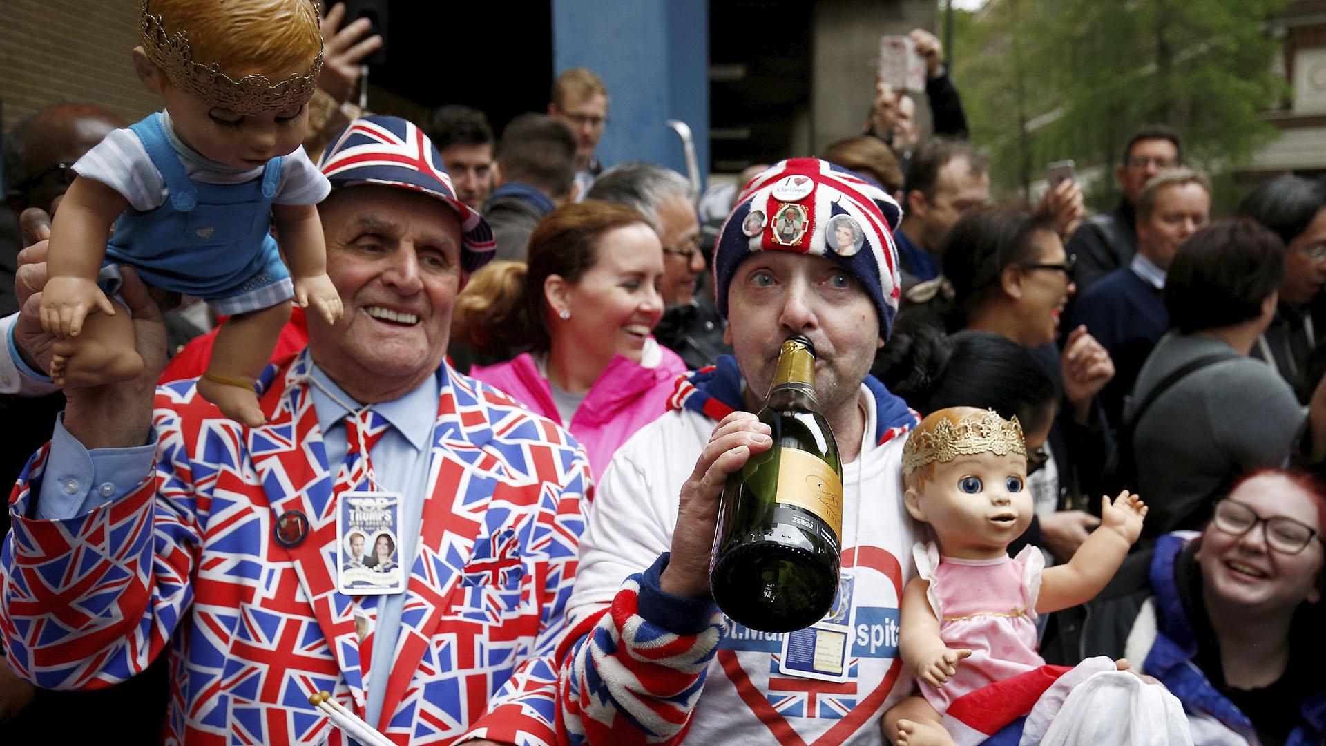 A las afueras del Hospital St. Mary en Paddington, Londres, así festejaban el anuncio del nacimiento (Reuters)