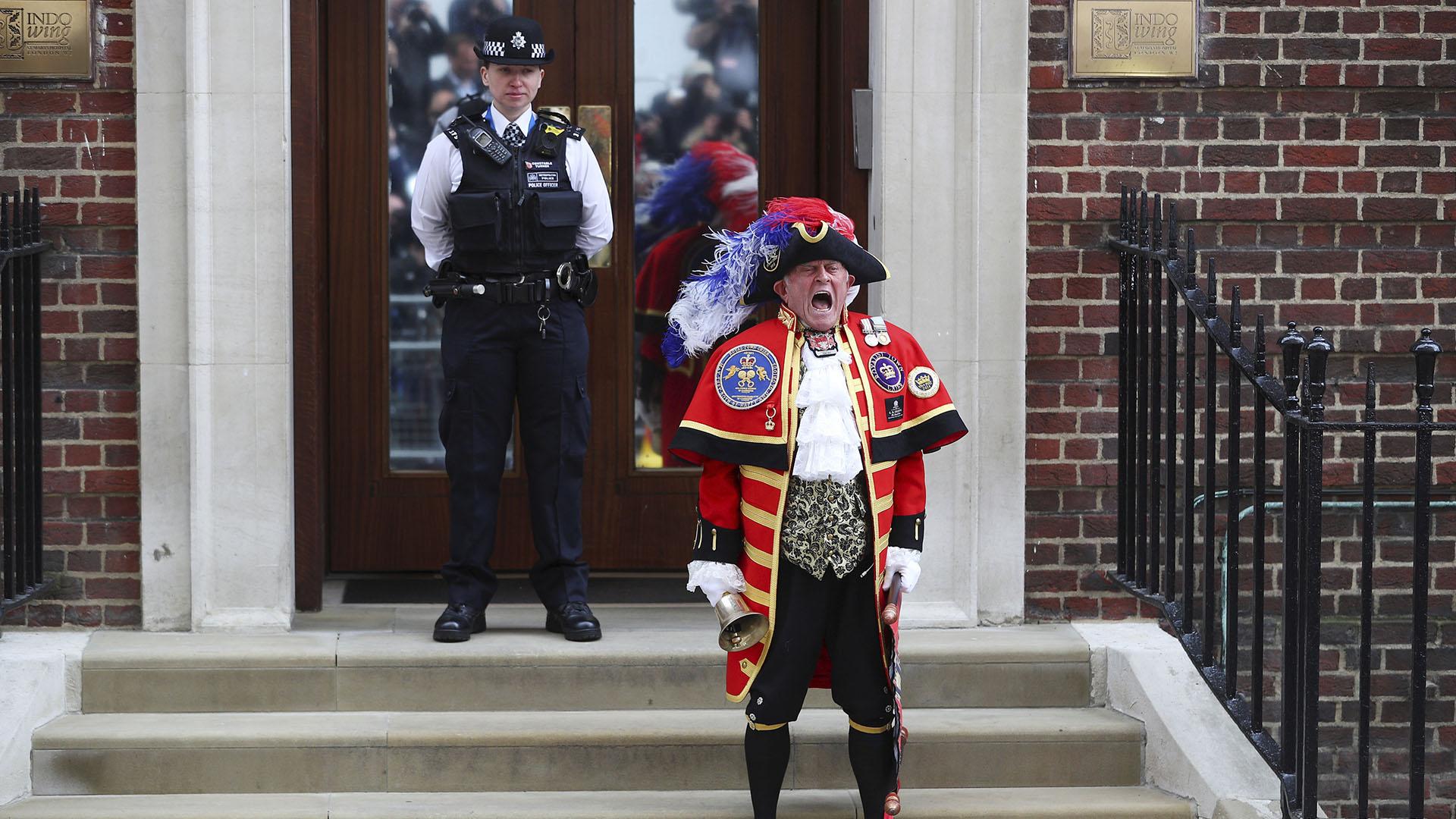 Anuncian el nacimiento del sexto bisnieto de la reina Isabel,quien es el quinto en la línea de sucesión al trono británico(Reuters)