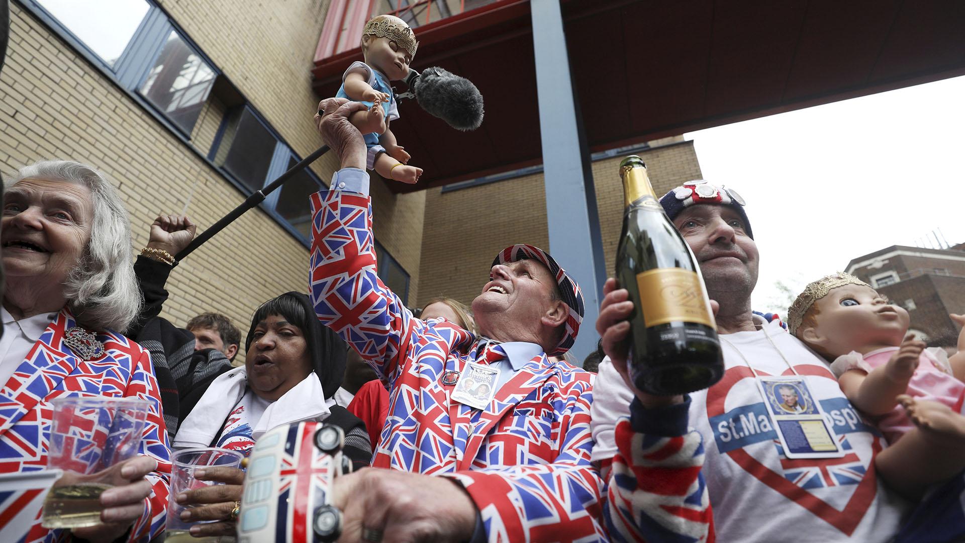A las afueras del Ala Lindo del Hospital festejan el nacimiento del nuevo integrante de la familia real británica (Reuters)