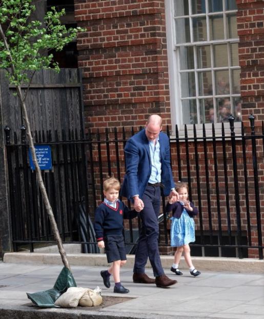 El príncipe George y la princesa Charlotte llegan al hospital St. Mary para conocer a su nuevo hermano