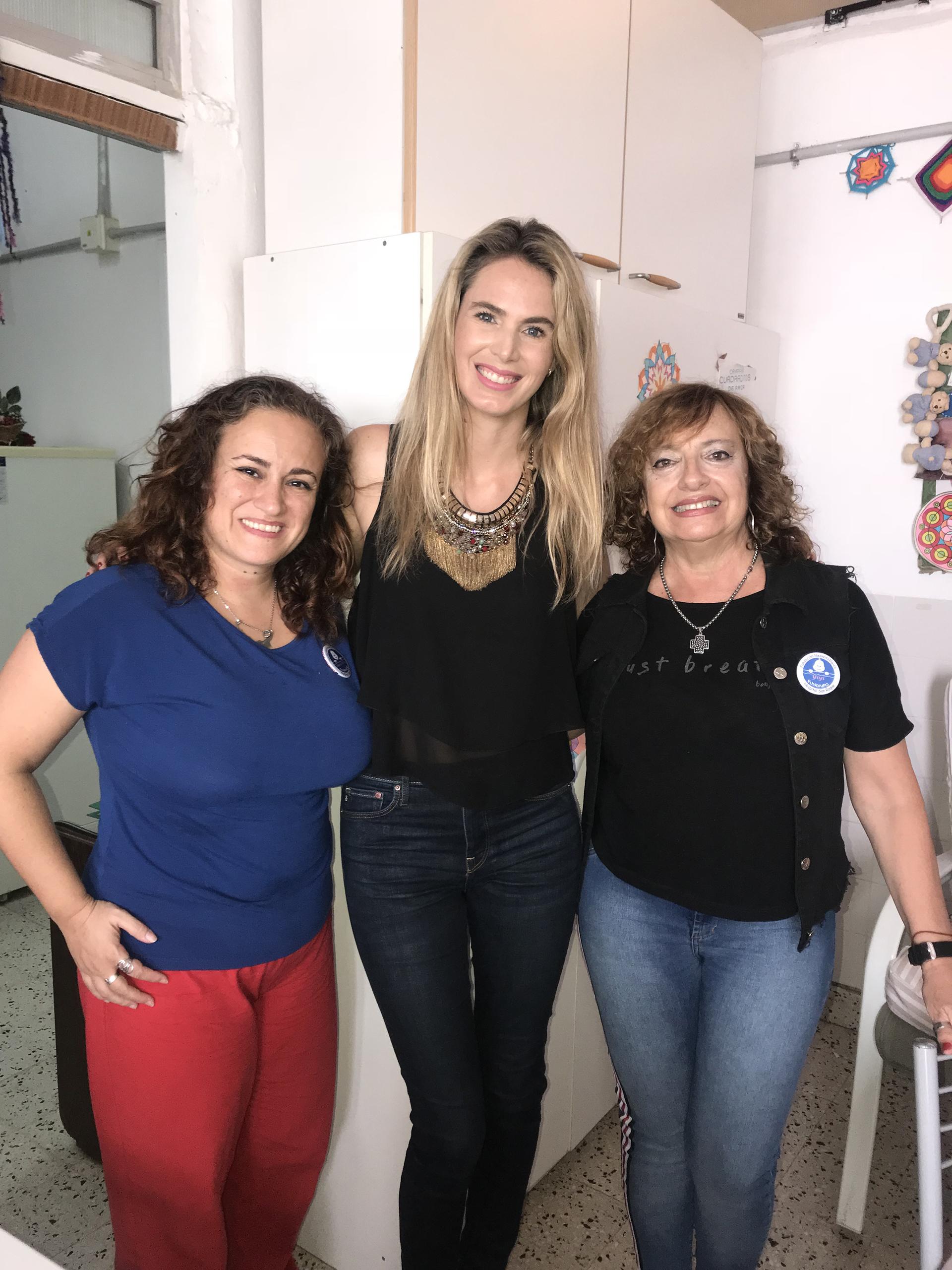 Rocio Vivas junto a las voluntarias Yiyi Cuestas y Maria Silvia Alvarez