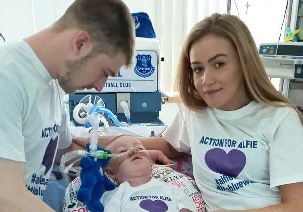 Alfie Evans con sus padres en el hospital