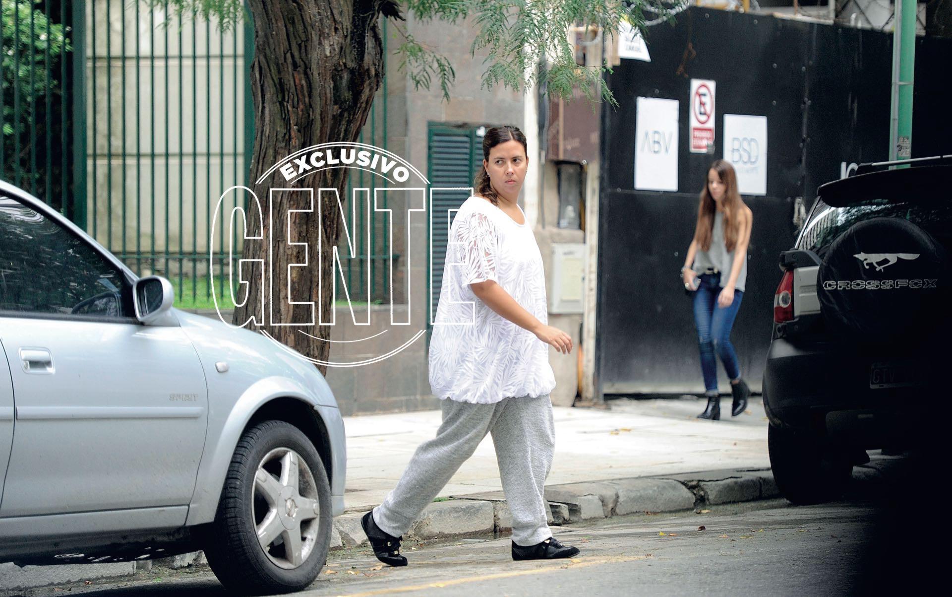Manuela, la hija de Pablo Escobar caminando por Palermo. María Isabel Santos Caballero. (Enrique García Medina/GENTE)