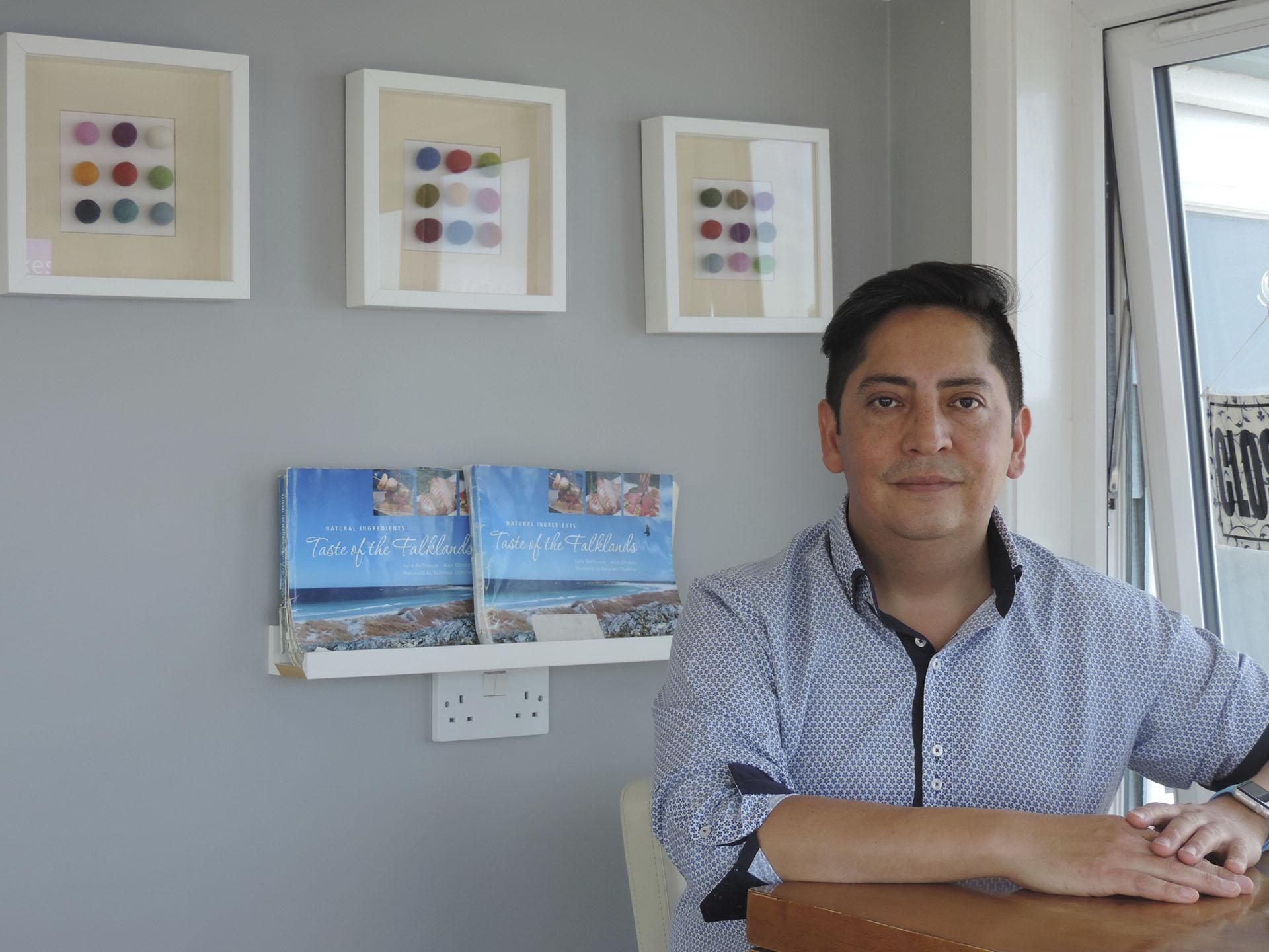 Alex Olmedo nació en Chile y se nacionalizó británico. Se instaló en las islas hacevarias décadas. Trabaja como chef y es dueño de una hostería-boutique.